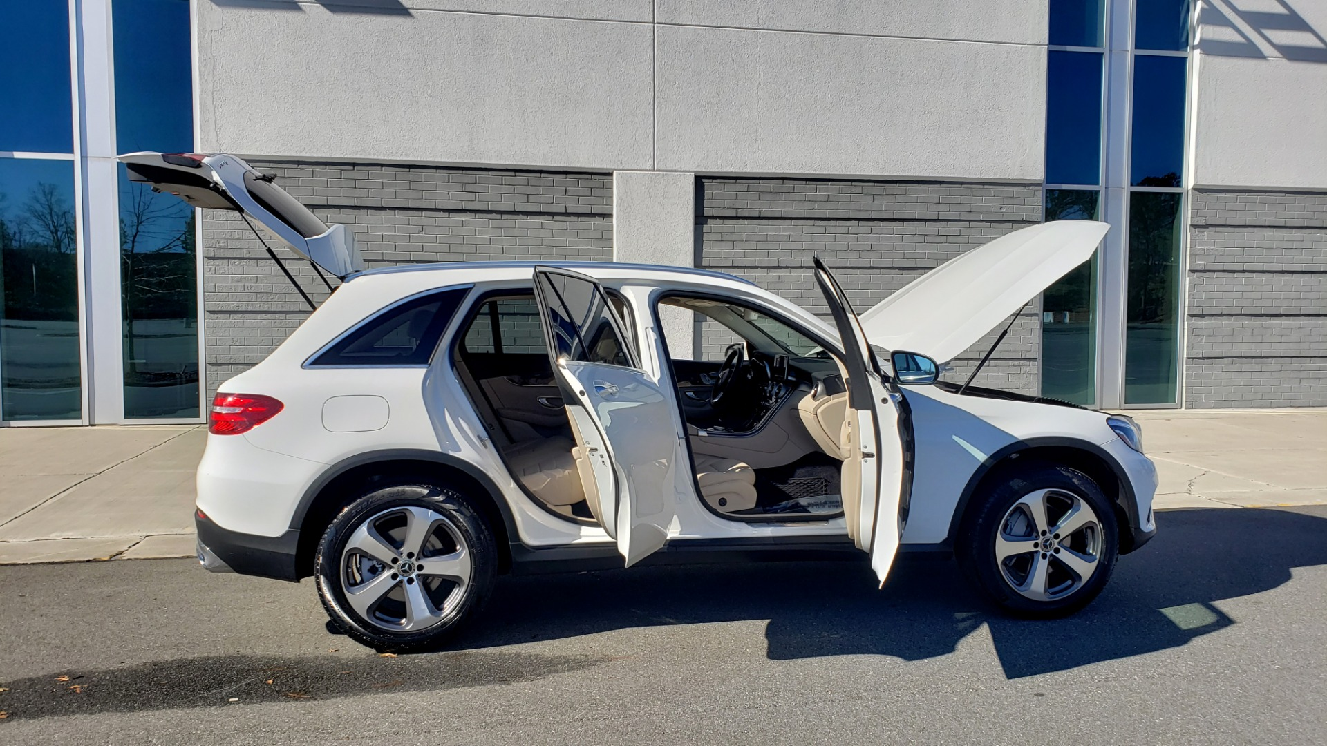 Used 2018 Mercedes-Benz GLC 300 4MATIC / PREM PKG / NAV / SUNROOF / REARVIEW for sale $36,995 at Formula Imports in Charlotte NC 28227 9