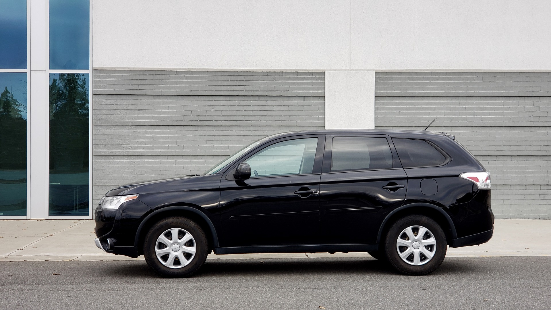 Used 2015 Mitsubishi OUTLANDER ES 2.4L SUV / CVT / FWD / KEYLESS ENTRY / 16-IN WHEELS for sale $12,995 at Formula Imports in Charlotte NC 28227 2