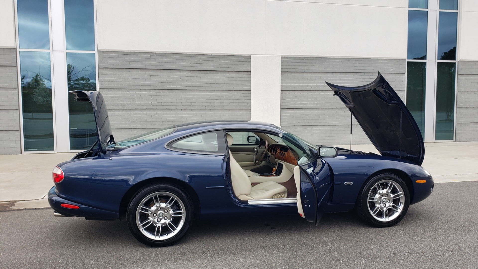 Used 2002 Jaguar XK8 COUPE / 4.0L V8 / 5-SPD AUTO / ALPINE SOUND / 18IN CHROME WHEELS for sale $16,450 at Formula Imports in Charlotte NC 28227 14