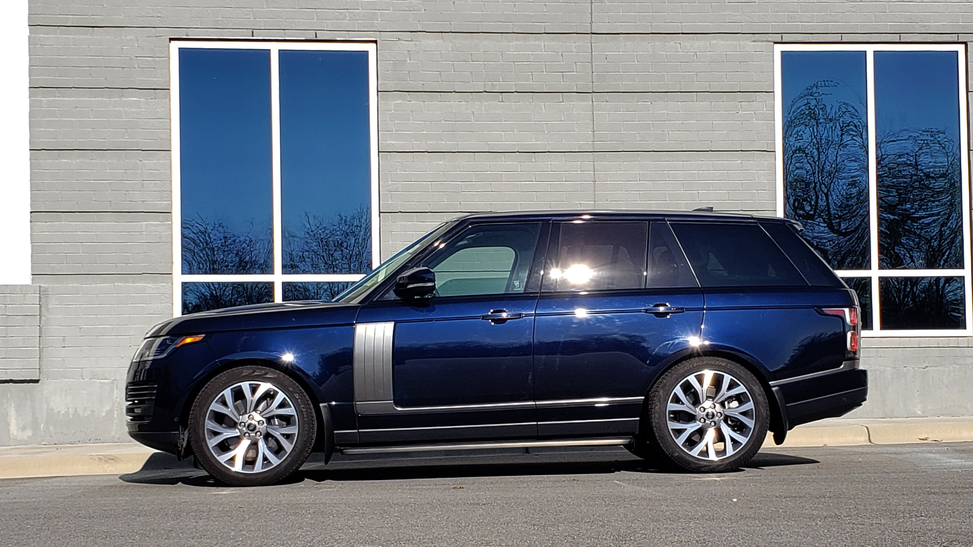 Used 2020 Land Rover RANGE ROVER AUTOBIOGRAPHY HYBRID / NAV / SUNROOF / REARVIEW for sale $110,000 at Formula Imports in Charlotte NC 28227 2