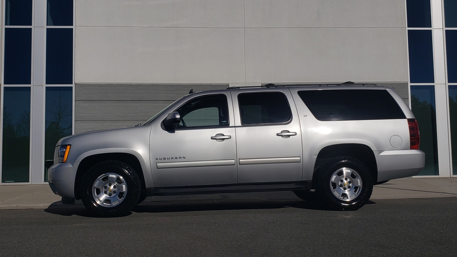 Used 2013 Chevrolet SUBURBAN LT / 2WD / 5.3L V8 / 6-SPD AUTO / LEATHER 3-ROW SEATS for sale Sold at Formula Imports in Charlotte NC 28227 4