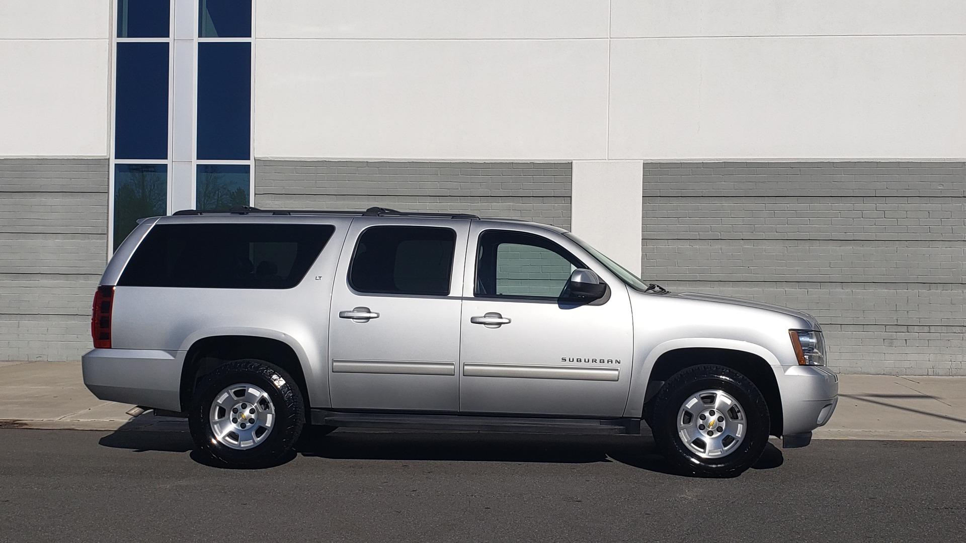 Used 2013 Chevrolet SUBURBAN LT / 2WD / 5.3L V8 / 6-SPD AUTO / LEATHER 3-ROW SEATS for sale Sold at Formula Imports in Charlotte NC 28227 7