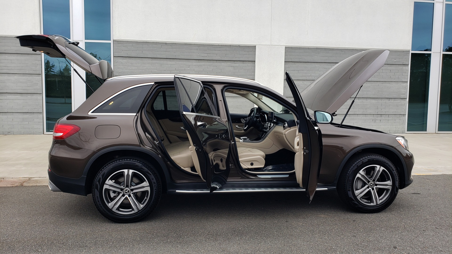 Used 2018 Mercedes-Benz GLC 300 4MATIC / PREM PKG / MULTIMEDIA / PANO-ROOF / BURMESTER for sale $33,995 at Formula Imports in Charlotte NC 28227 9