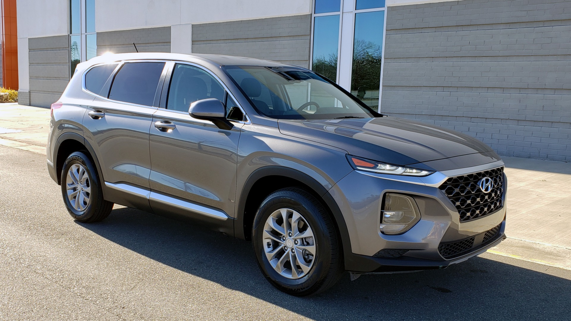 Used 2019 Hyundai SANTA FE SE / 2.4L 4-CYL / 8-SPD AUTO / BLIND SPOT / LANE KEEP ASSIST for sale Sold at Formula Imports in Charlotte NC 28227 5