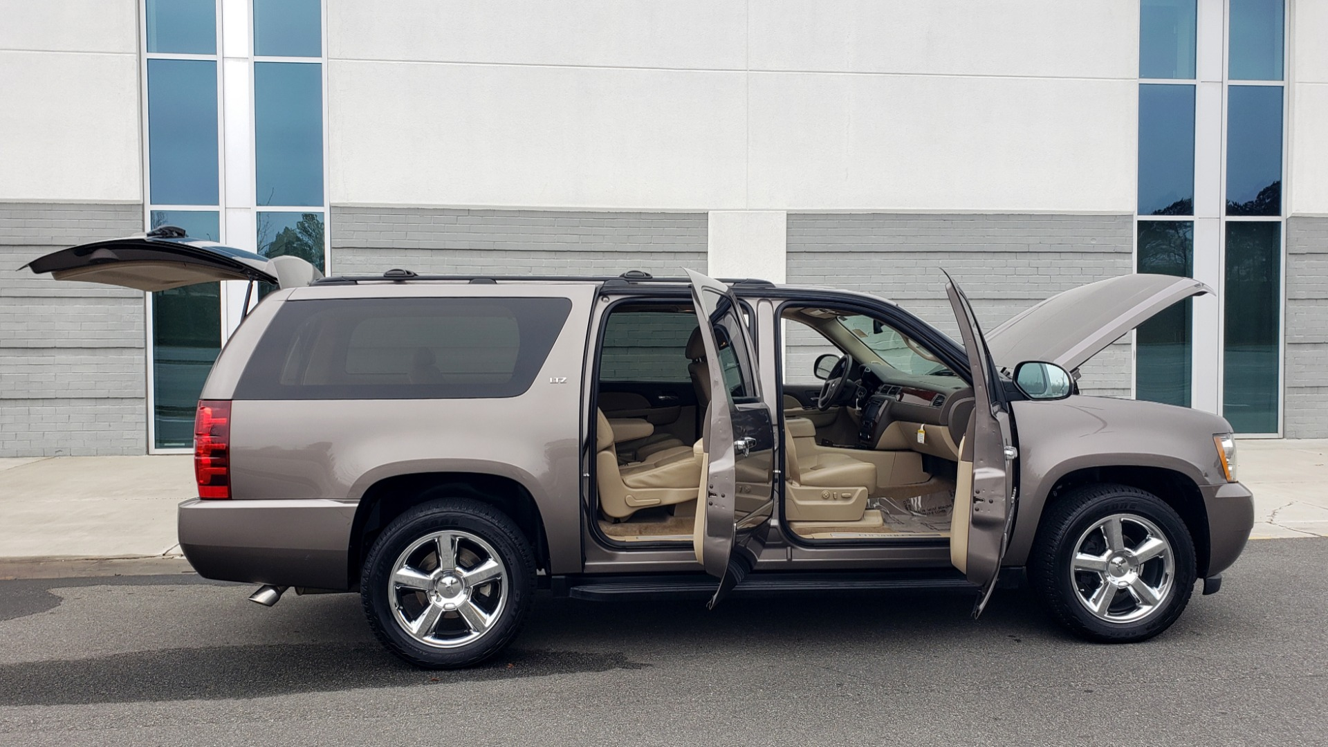 Used 2014 Chevrolet SUBURBAN LTZ / 4WD / ENTERTAINMENT / NAV / SUNROOF / TRAILER PKG for sale Sold at Formula Imports in Charlotte NC 28227 12
