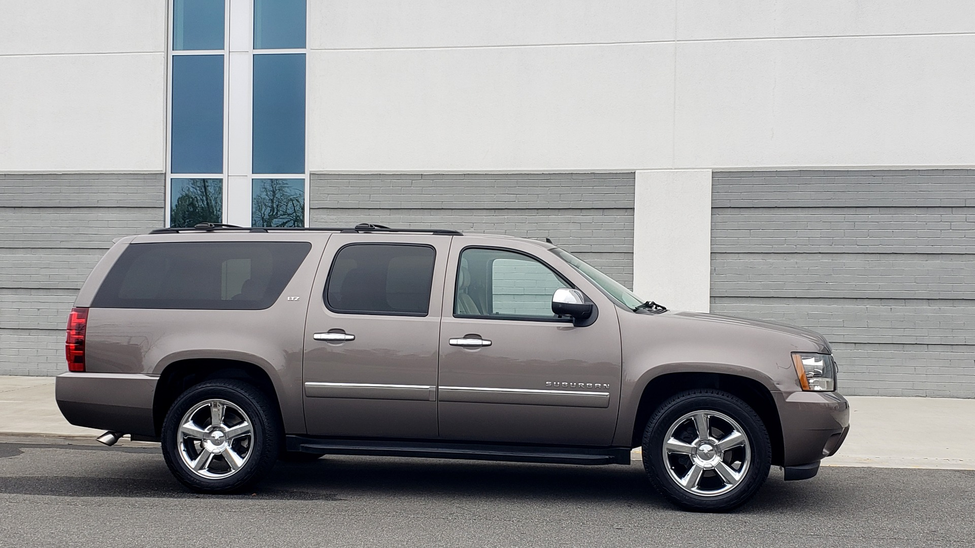 Used 2014 Chevrolet SUBURBAN LTZ / 4WD / ENTERTAINMENT / NAV / SUNROOF / TRAILER PKG for sale Sold at Formula Imports in Charlotte NC 28227 6