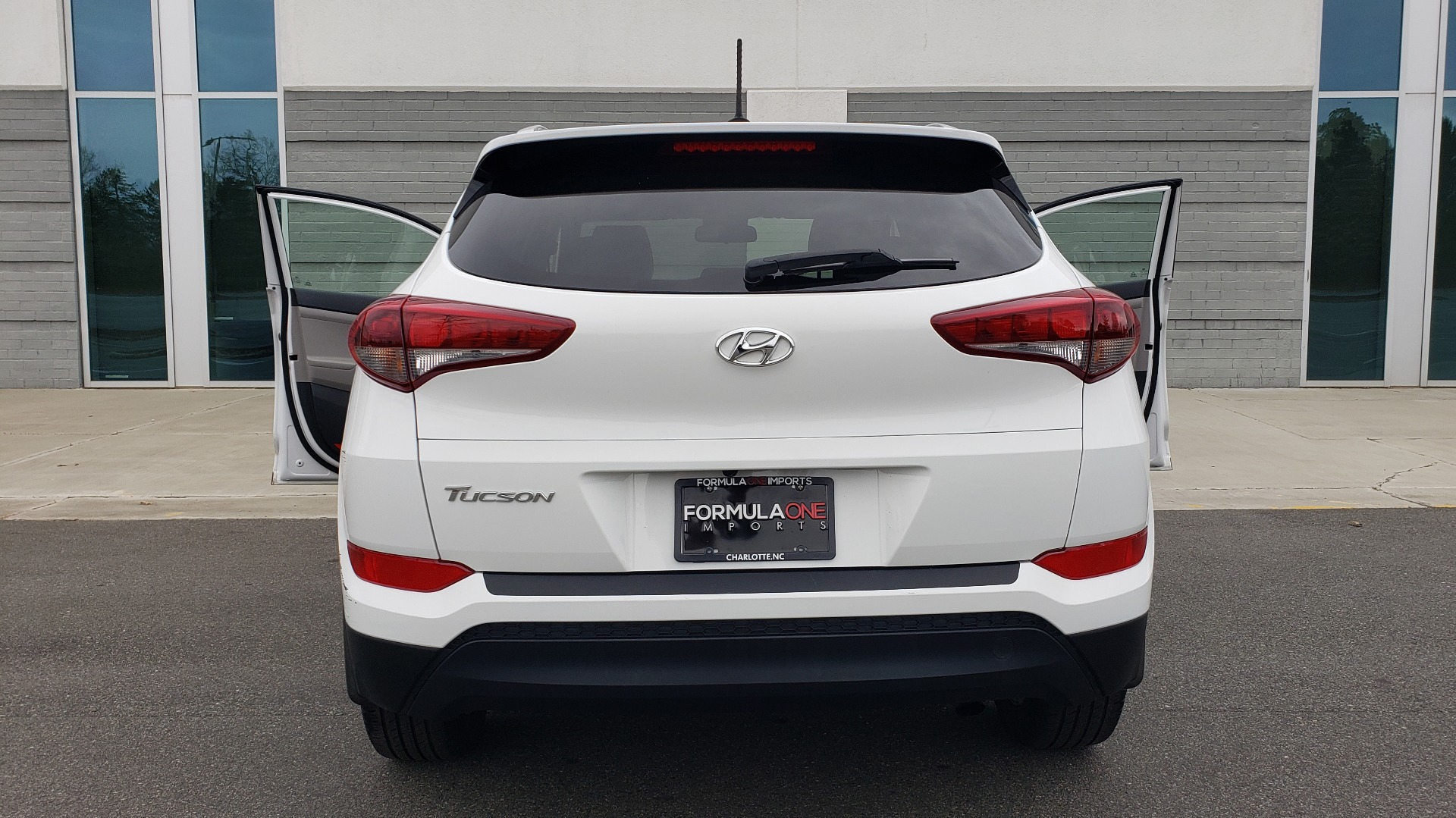 Used 2017 Hyundai TUCSON SE / 2.0L / 6-SPD AUTO / CLOTH / REARVIEW CAMERA for sale Sold at Formula Imports in Charlotte NC 28227 28