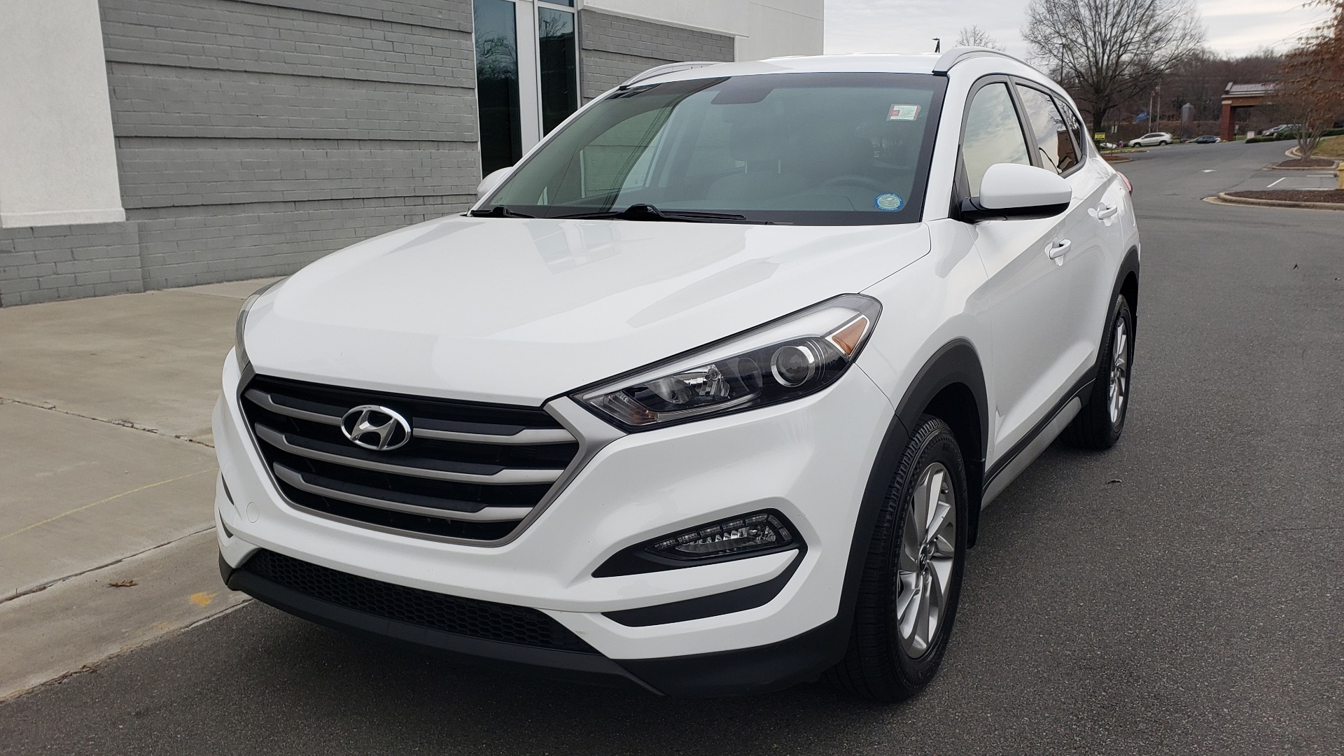 Used 2017 Hyundai TUCSON SE / 2.0L / 6-SPD AUTO / CLOTH / REARVIEW CAMERA for sale Sold at Formula Imports in Charlotte NC 28227 3
