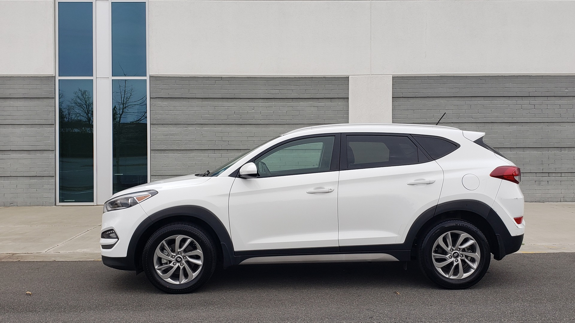 Used 2017 Hyundai TUCSON SE / 2.0L / 6-SPD AUTO / CLOTH / REARVIEW CAMERA for sale Sold at Formula Imports in Charlotte NC 28227 4
