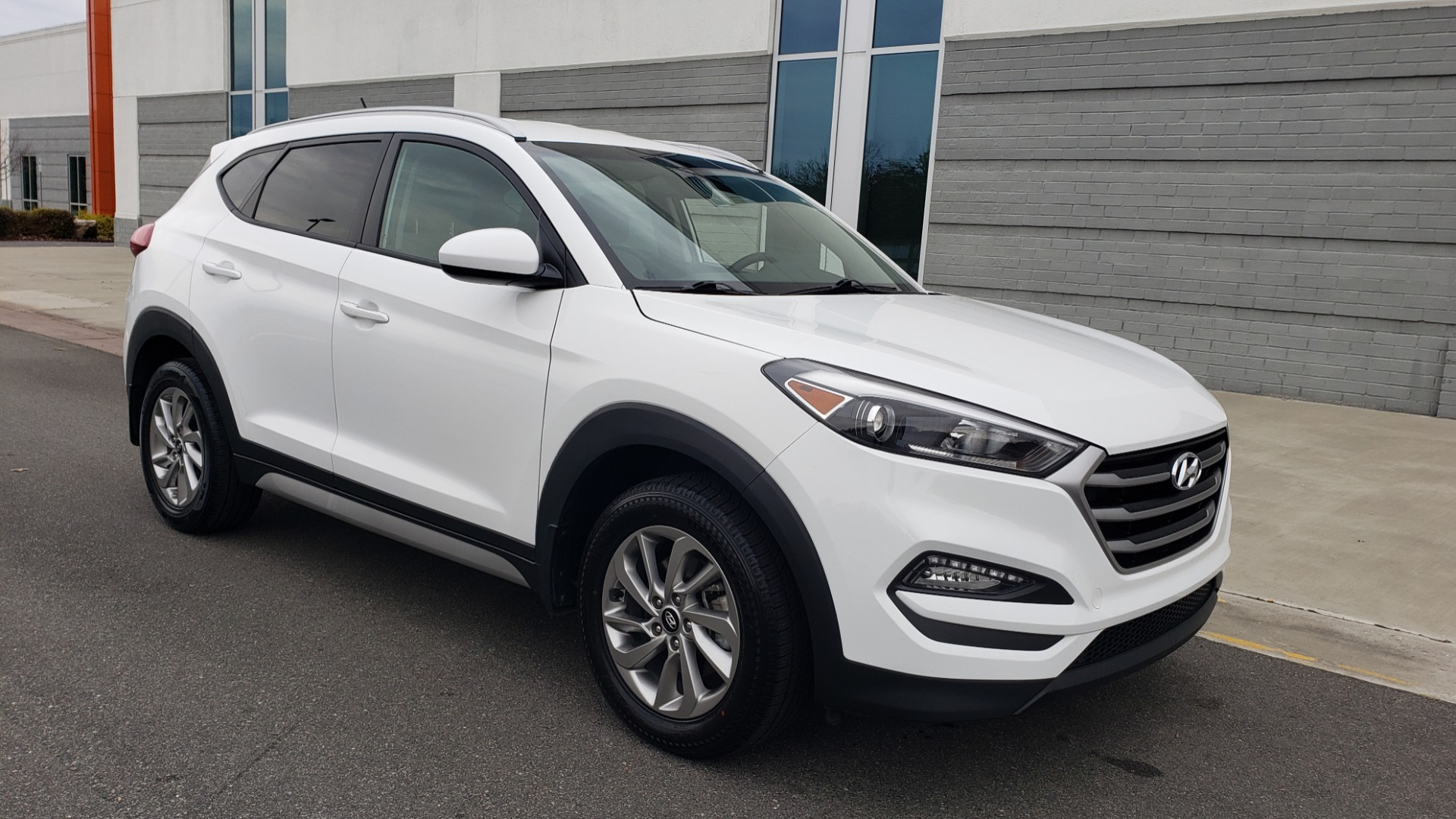 Used 2017 Hyundai TUCSON SE / 2.0L / 6-SPD AUTO / CLOTH / REARVIEW CAMERA for sale Sold at Formula Imports in Charlotte NC 28227 6