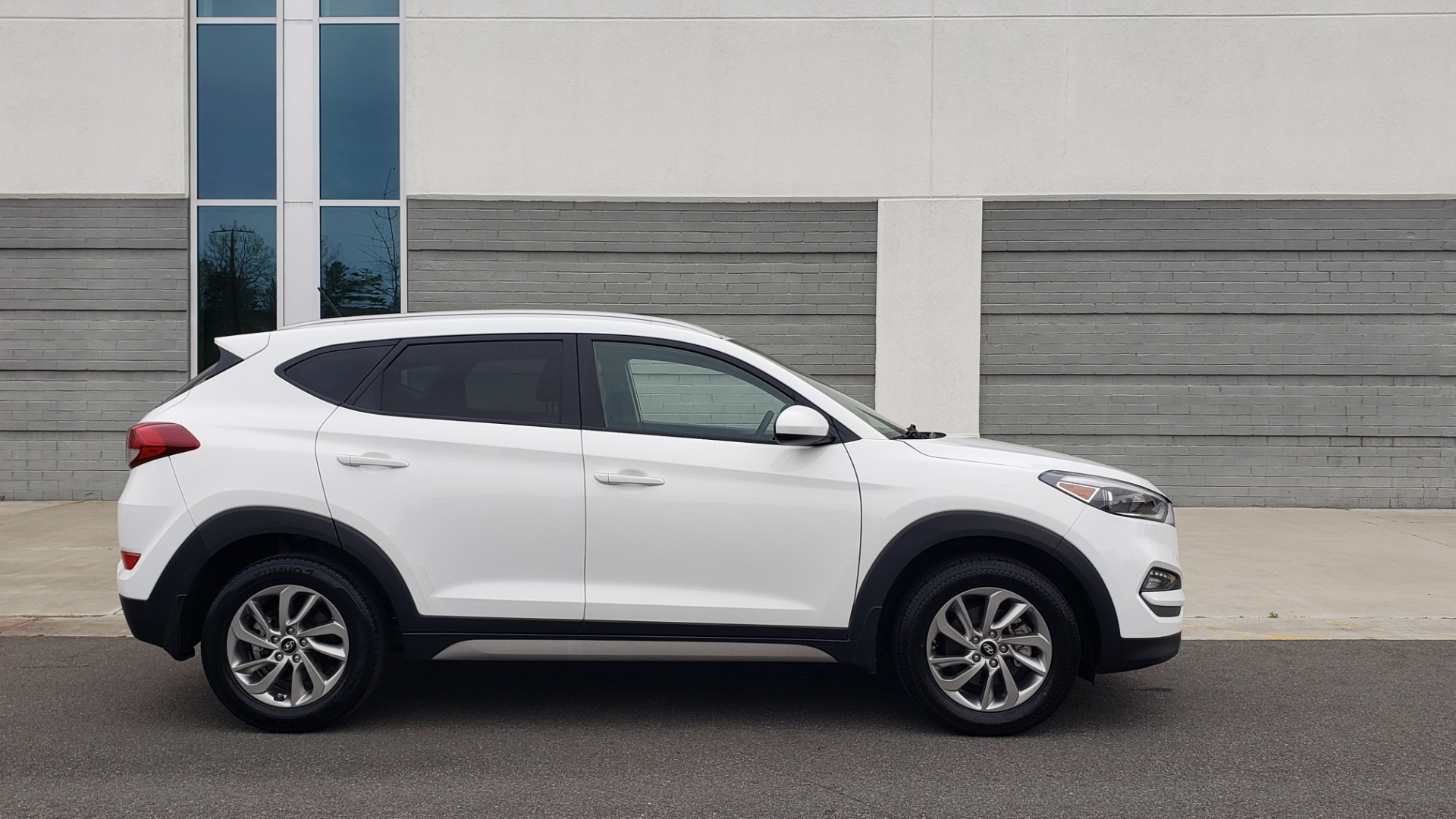 Used 2017 Hyundai TUCSON SE / 2.0L / 6-SPD AUTO / CLOTH / REARVIEW CAMERA for sale Sold at Formula Imports in Charlotte NC 28227 7