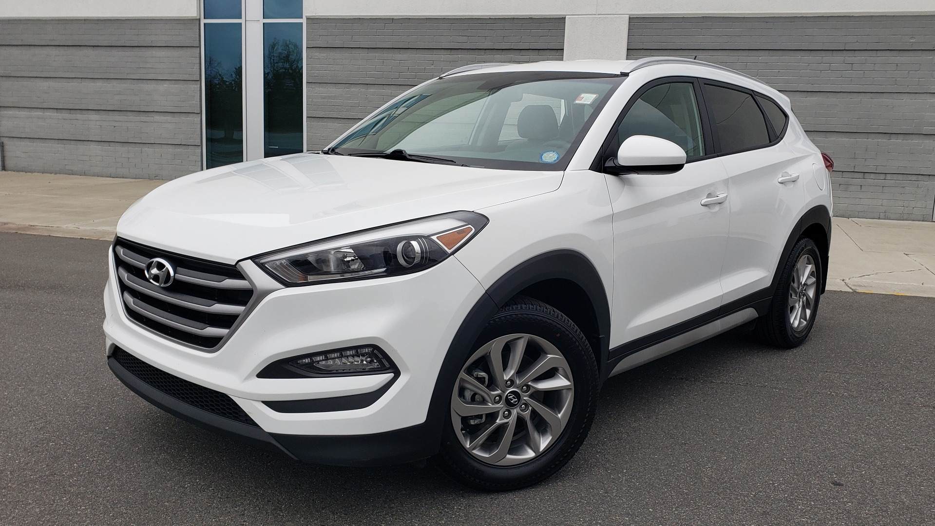Used 2017 Hyundai TUCSON SE / 2.0L / 6-SPD AUTO / CLOTH / REARVIEW CAMERA for sale Sold at Formula Imports in Charlotte NC 28227 1