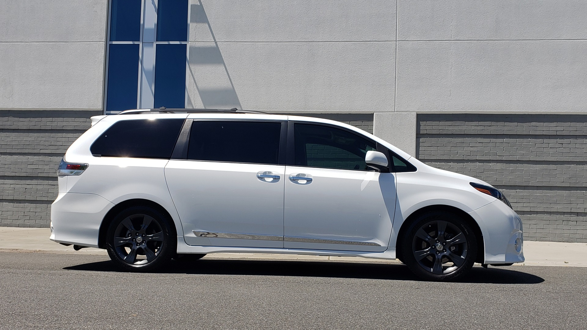 Used 2015 Toyota SIENNA SE 3.5L / FWD / 3-ROWS / 8-PASS / SUNROOF / DVD / REARVIEW for sale $21,995 at Formula Imports in Charlotte NC 28227 10