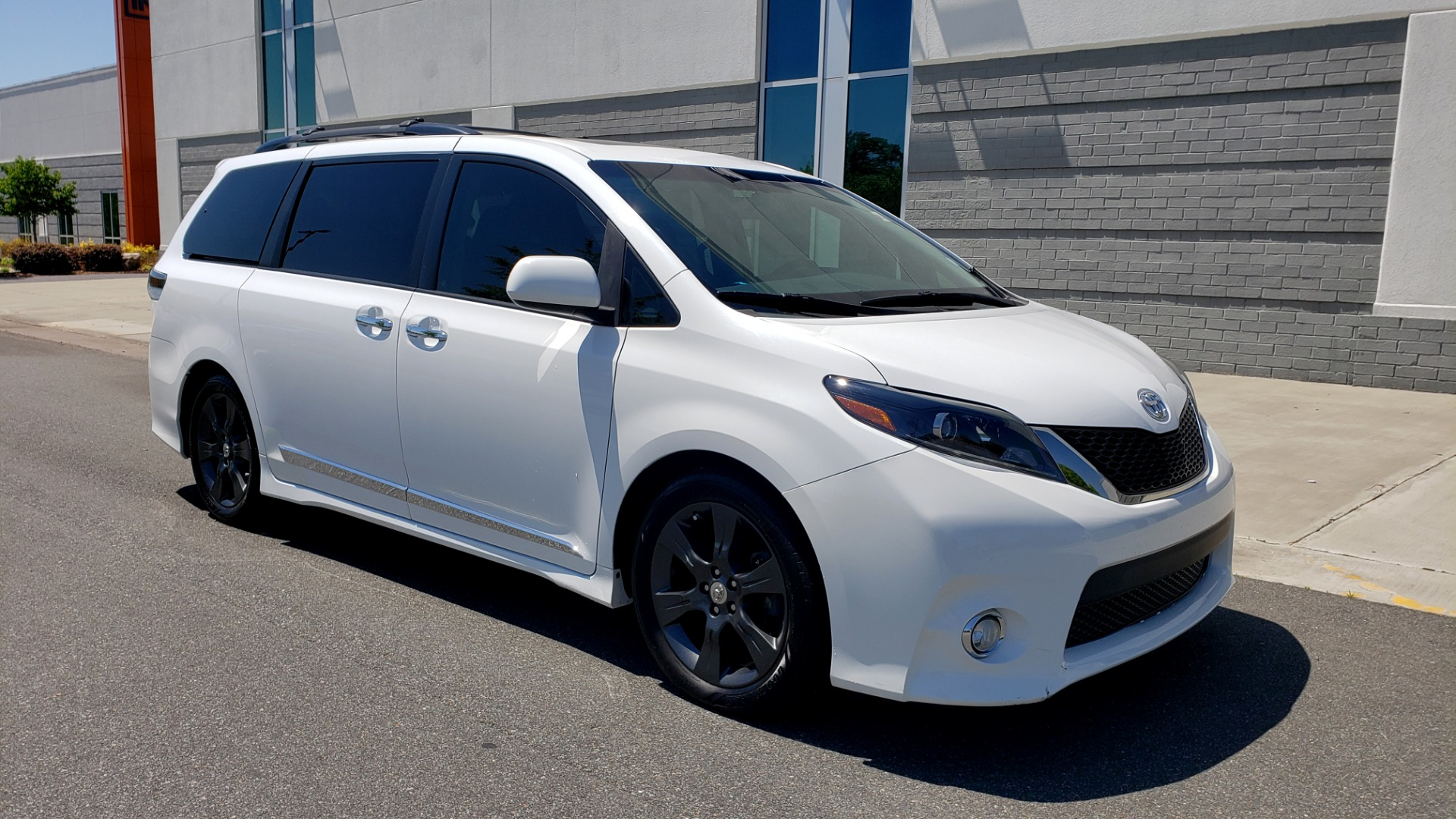 Used 2015 Toyota SIENNA SE 3.5L / FWD / 3-ROWS / 8-PASS / SUNROOF / DVD / REARVIEW for sale $21,995 at Formula Imports in Charlotte NC 28227 11