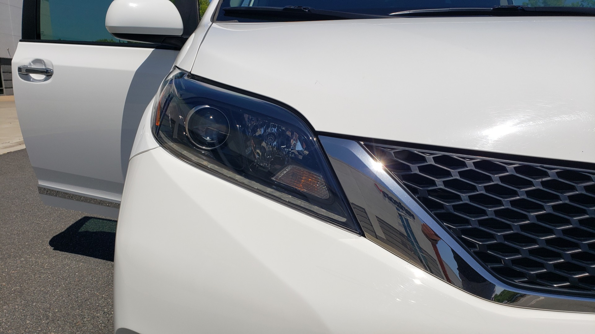 Used 2015 Toyota SIENNA SE 3.5L / FWD / 3-ROWS / 8-PASS / SUNROOF / DVD / REARVIEW for sale $21,995 at Formula Imports in Charlotte NC 28227 23