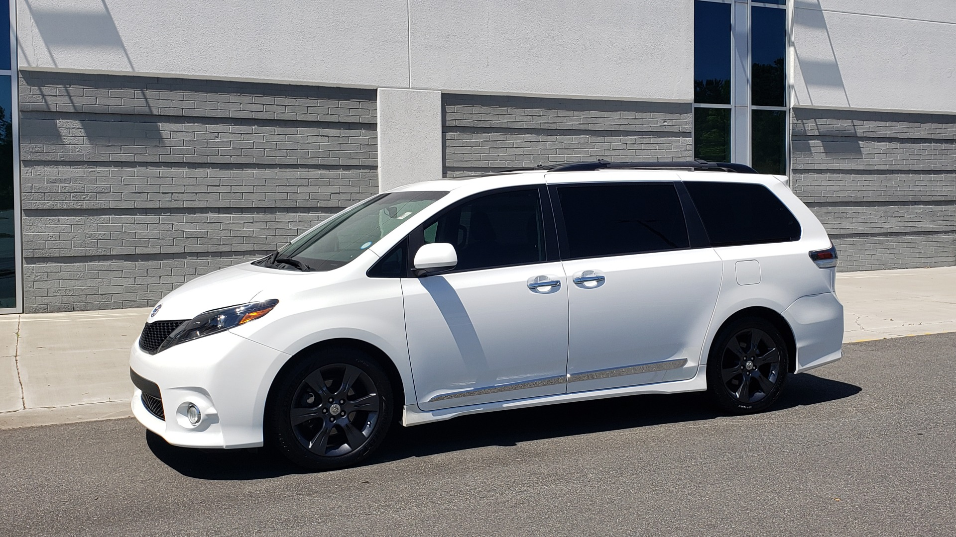 Used 2015 Toyota SIENNA SE 3.5L / FWD / 3-ROWS / 8-PASS / SUNROOF / DVD / REARVIEW for sale $21,995 at Formula Imports in Charlotte NC 28227 3