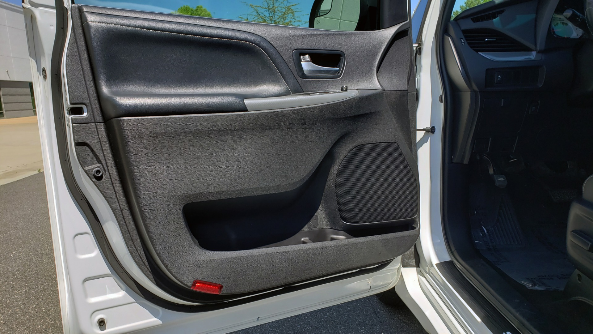 Used 2015 Toyota SIENNA SE 3.5L / FWD / 3-ROWS / 8-PASS / SUNROOF / DVD / REARVIEW for sale $21,995 at Formula Imports in Charlotte NC 28227 34