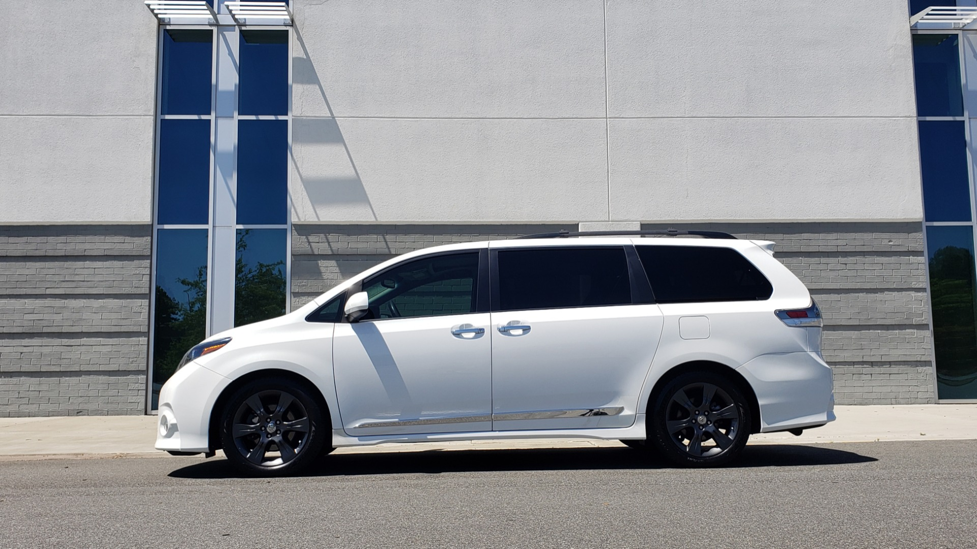 Used 2015 Toyota SIENNA SE 3.5L / FWD / 3-ROWS / 8-PASS / SUNROOF / DVD / REARVIEW for sale $21,995 at Formula Imports in Charlotte NC 28227 4