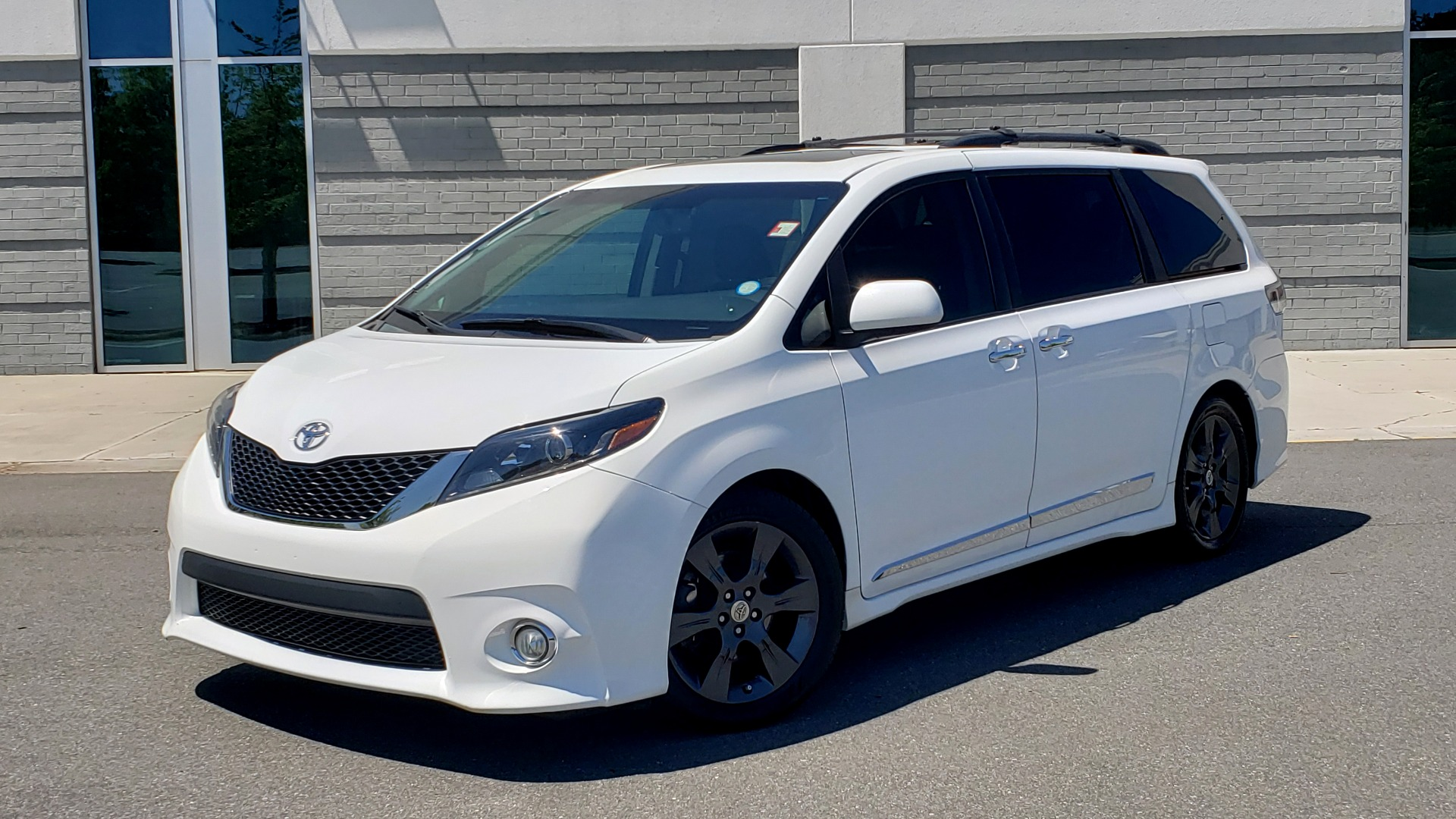 Used 2015 Toyota SIENNA SE 3.5L / FWD / 3-ROWS / 8-PASS / SUNROOF / DVD / REARVIEW for sale $21,995 at Formula Imports in Charlotte NC 28227 7