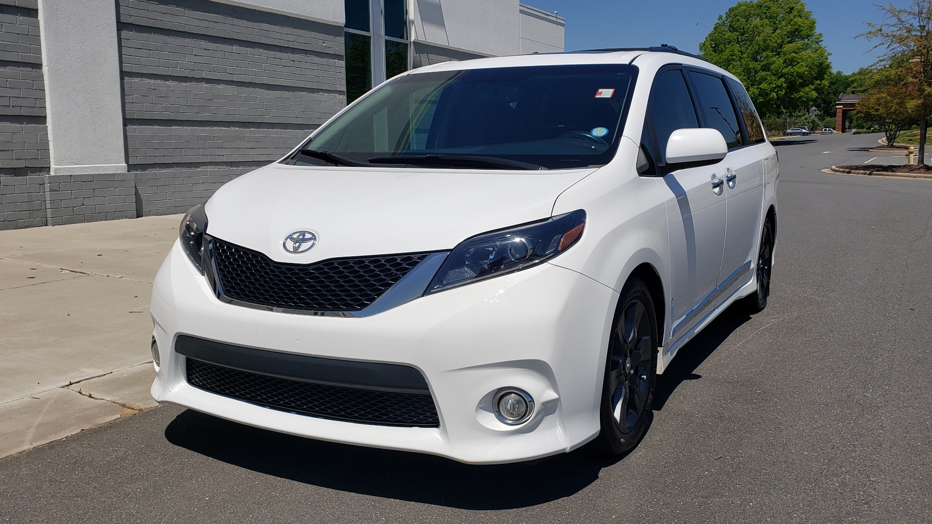 Used 2015 Toyota SIENNA SE 3.5L / FWD / 3-ROWS / 8-PASS / SUNROOF / DVD / REARVIEW for sale $21,995 at Formula Imports in Charlotte NC 28227 1