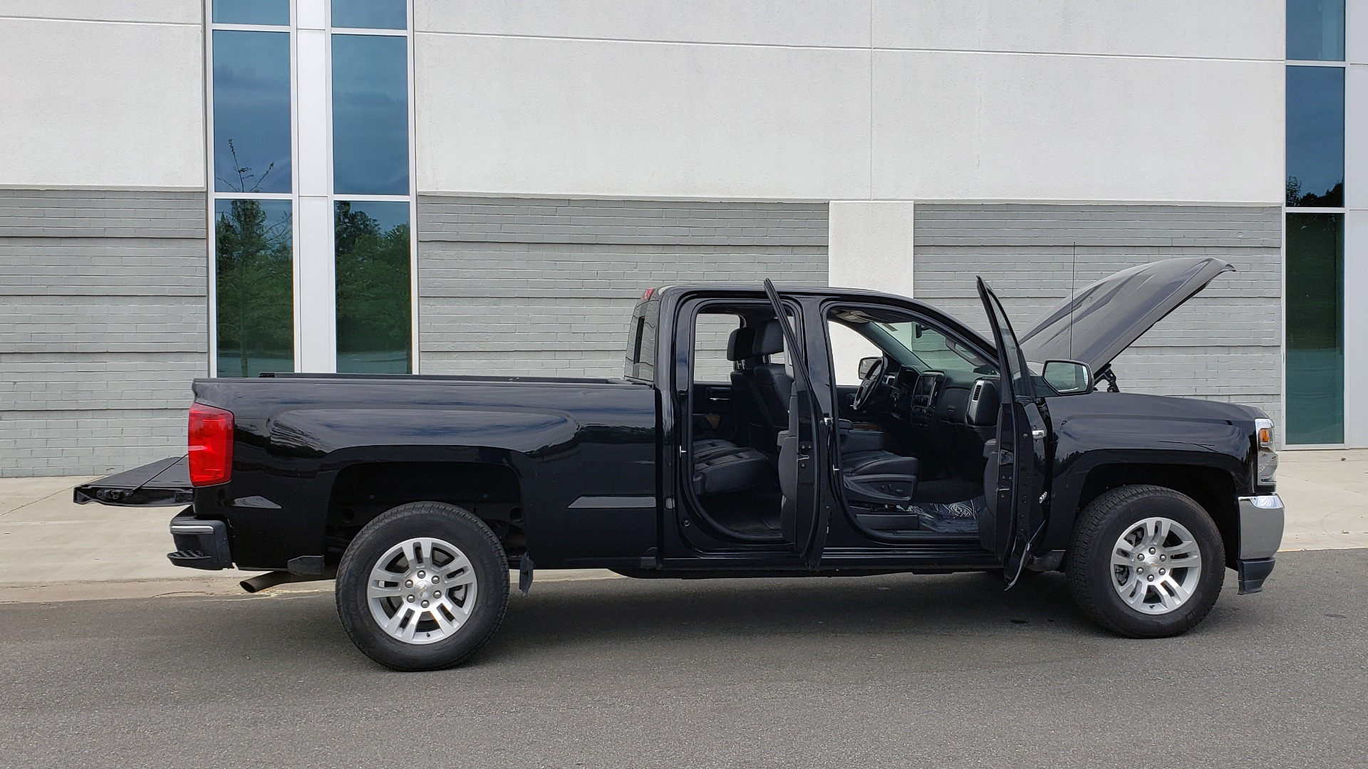 Used 2018 Chevrolet SILVERADO 1500 LTZ 1LZ / 5.3L V8 / 2WD / 6-SPD AUTO / DOUBLECAB / REARVIEW for sale Sold at Formula Imports in Charlotte NC 28227 10