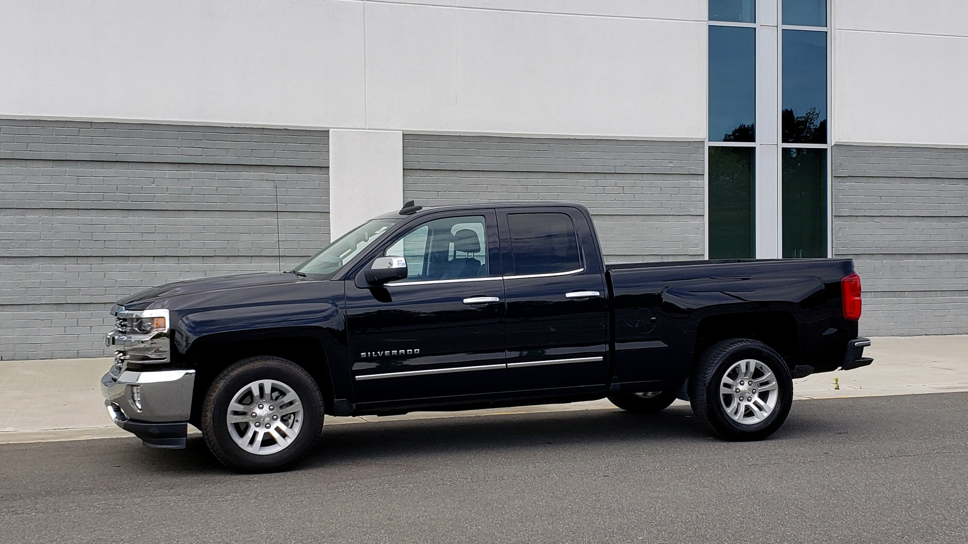 Used 2018 Chevrolet SILVERADO 1500 LTZ 1LZ / 5.3L V8 / 2WD / 6-SPD AUTO / DOUBLECAB / REARVIEW for sale Sold at Formula Imports in Charlotte NC 28227 3