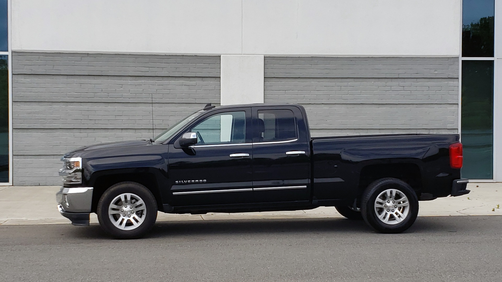 Used 2018 Chevrolet SILVERADO 1500 LTZ 1LZ / 5.3L V8 / 2WD / 6-SPD AUTO / DOUBLECAB / REARVIEW for sale Sold at Formula Imports in Charlotte NC 28227 4