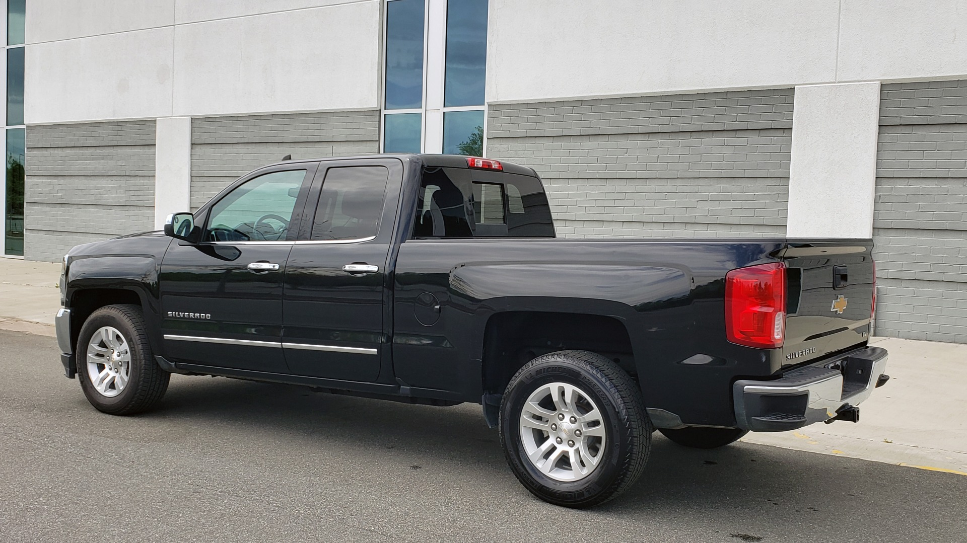 Used 2018 Chevrolet SILVERADO 1500 LTZ 1LZ / 5.3L V8 / 2WD / 6-SPD AUTO / DOUBLECAB / REARVIEW for sale Sold at Formula Imports in Charlotte NC 28227 5