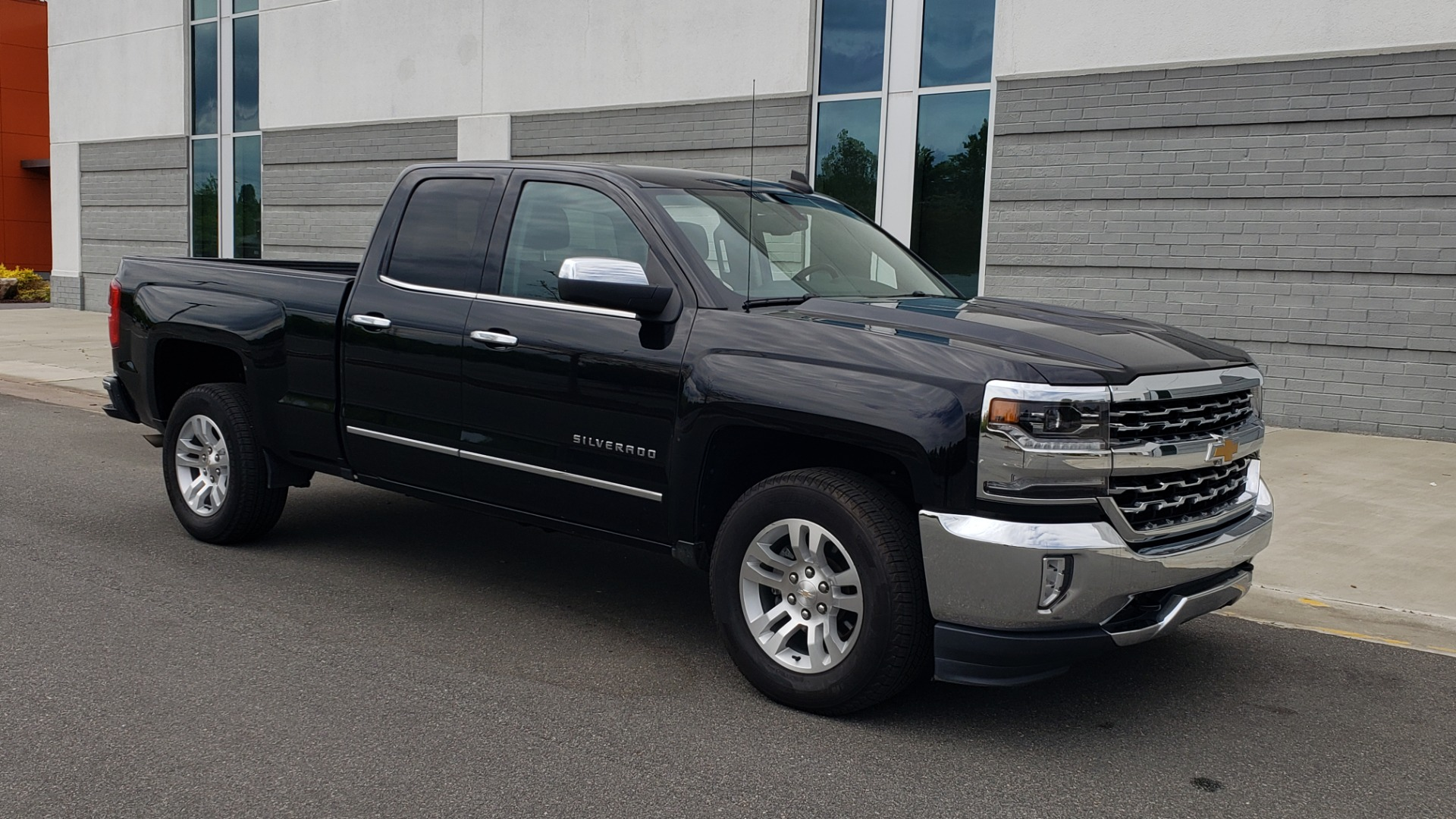 Used 2018 Chevrolet SILVERADO 1500 LTZ 1LZ / 5.3L V8 / 2WD / 6-SPD AUTO / DOUBLECAB / REARVIEW for sale Sold at Formula Imports in Charlotte NC 28227 6