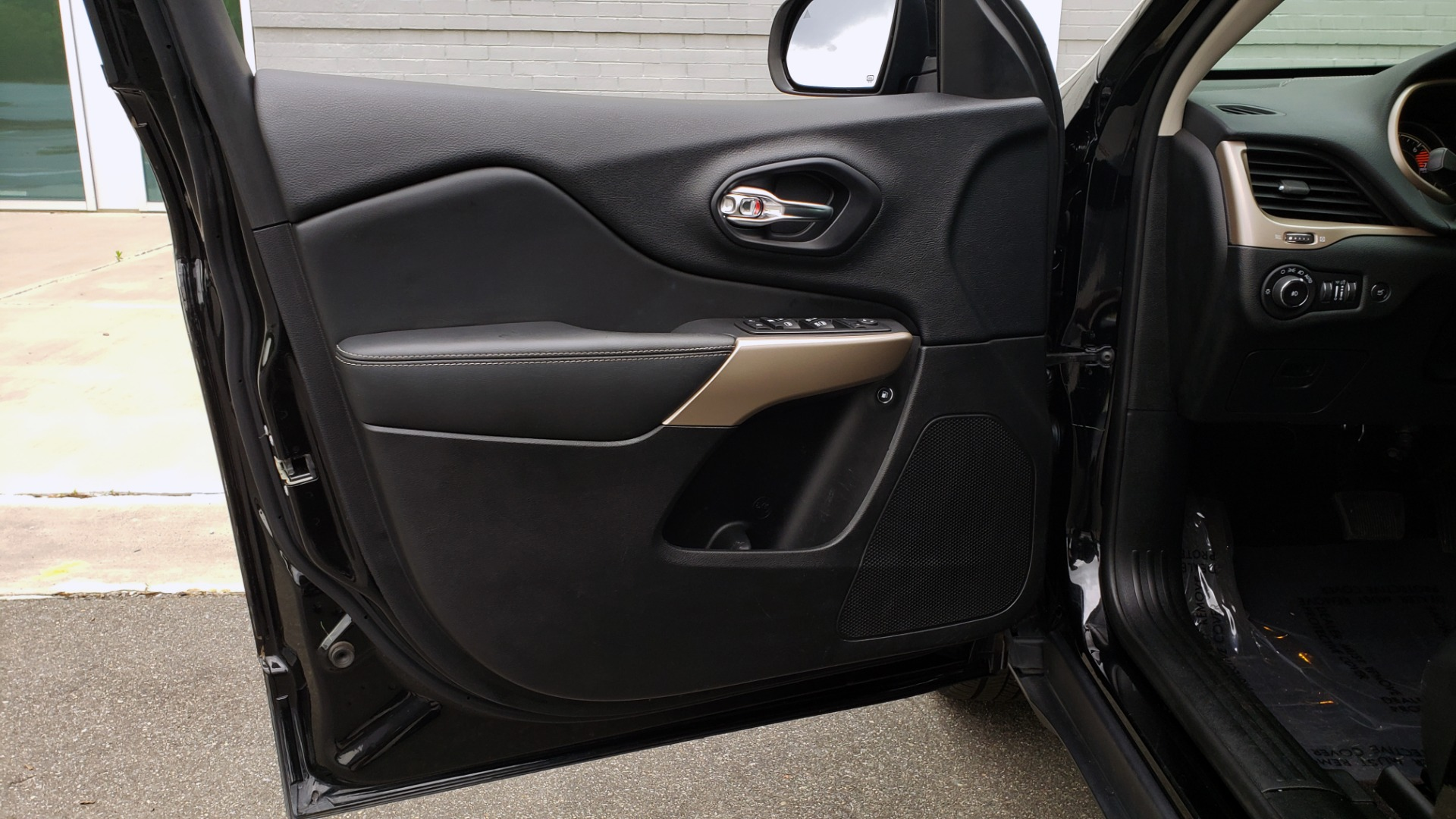Used 2018 Jeep CHEROKEE LIMITED HIGH ALTITUDE FWD / PARK ASST / BLIND SPOT / REARVIEW for sale $20,995 at Formula Imports in Charlotte NC 28227 30