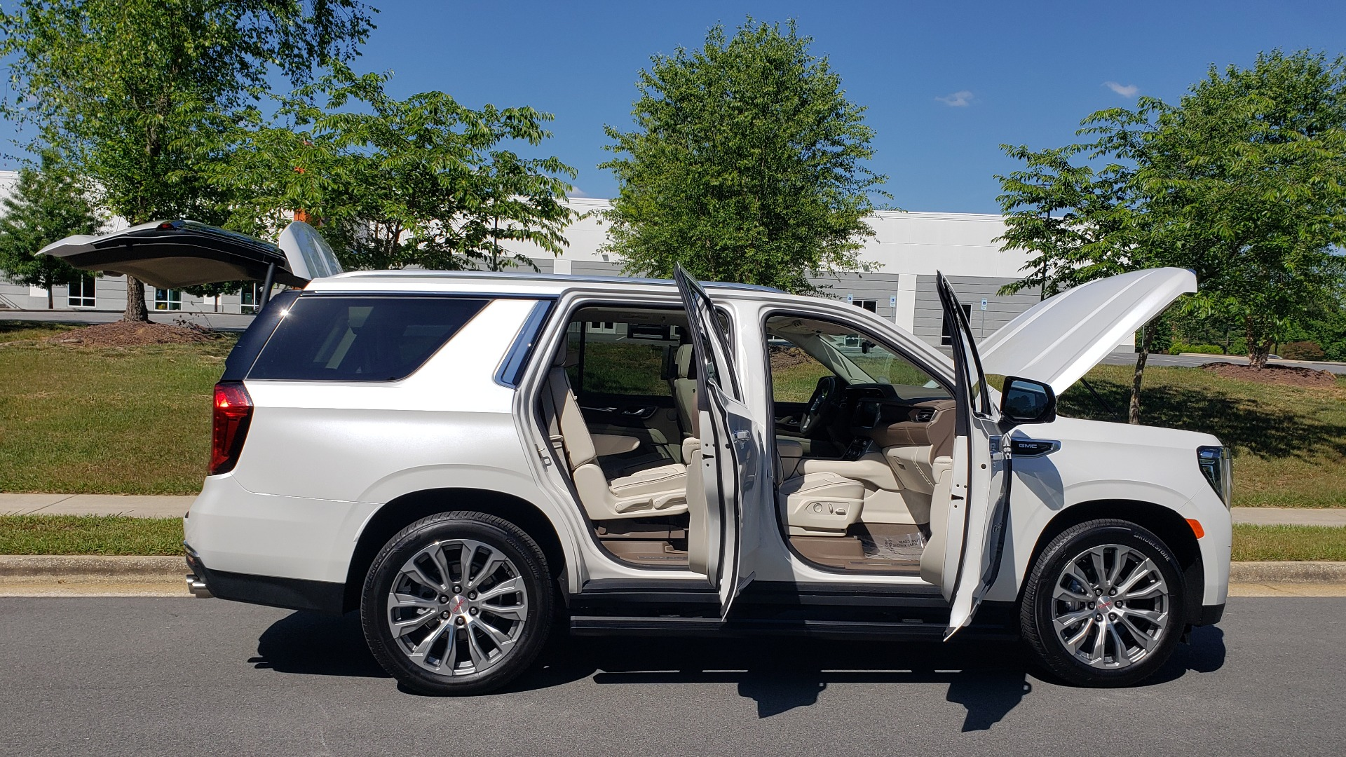 Used 2021 GMC YUKON DENALI PREM / 4WD / NAV / TECH / TRAILER / SECURITY / SUNROOF for sale Sold at Formula Imports in Charlotte NC 28227 19
