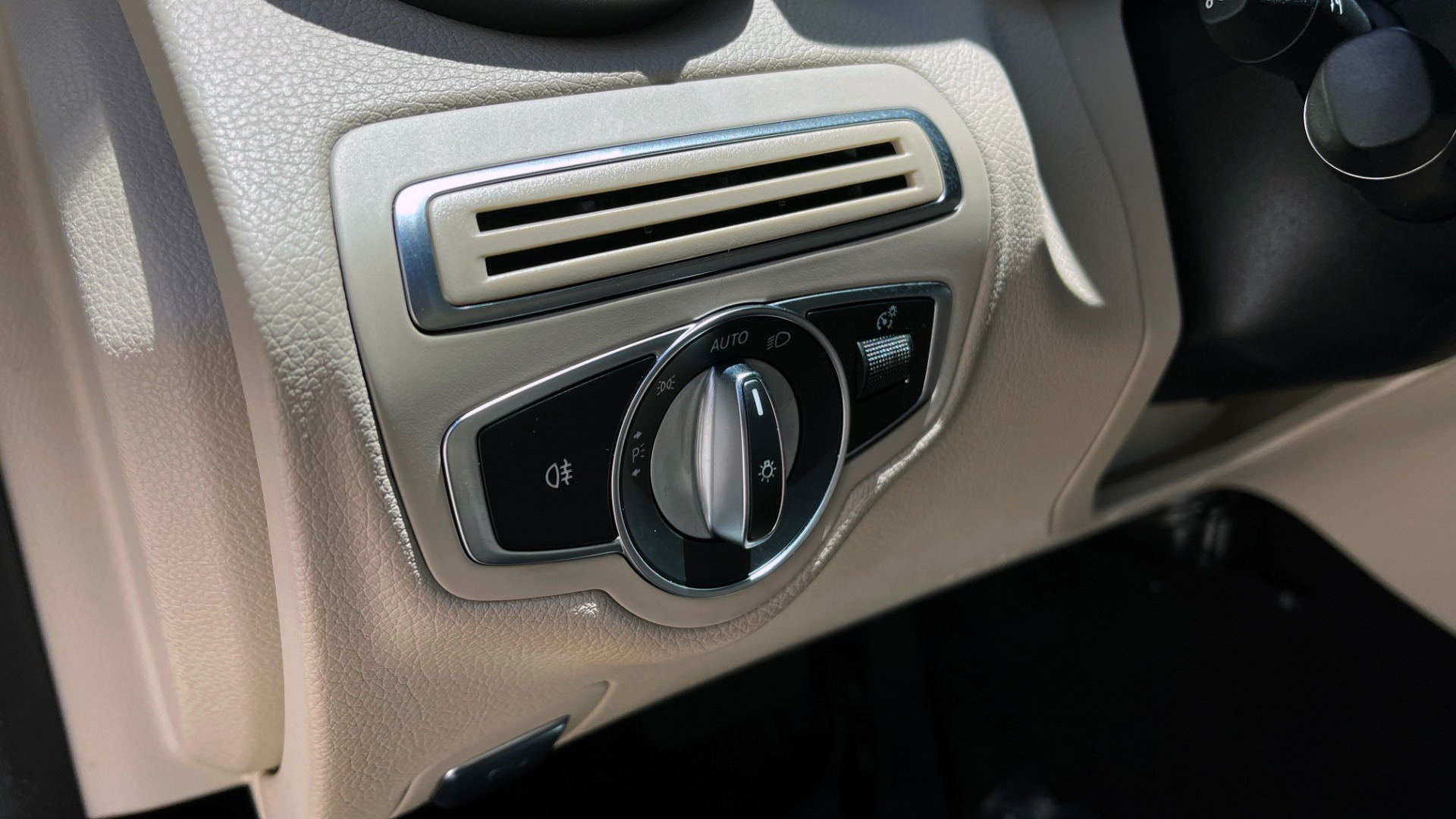 Used 2018 Mercedes-Benz C-CLASS C 300 PREMIUM / KEYLESS-GO / PANO-ROOF / BURMESTER / REARVIEW for sale $29,495 at Formula Imports in Charlotte NC 28227 34
