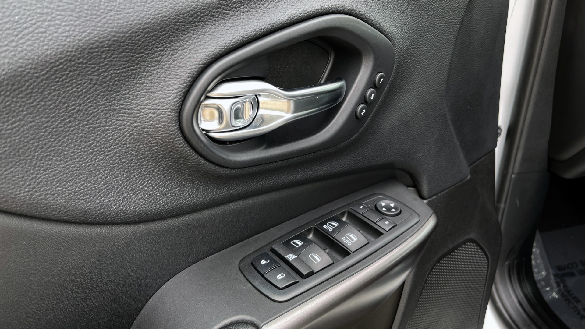 Used 2019 Jeep CHEROKEE LIMITED 4X4 / KEYLESS-GO / BLIND SPOT AND CROSS PATH / REMOTE START / REARV for sale $26,995 at Formula Imports in Charlotte NC 28227 30
