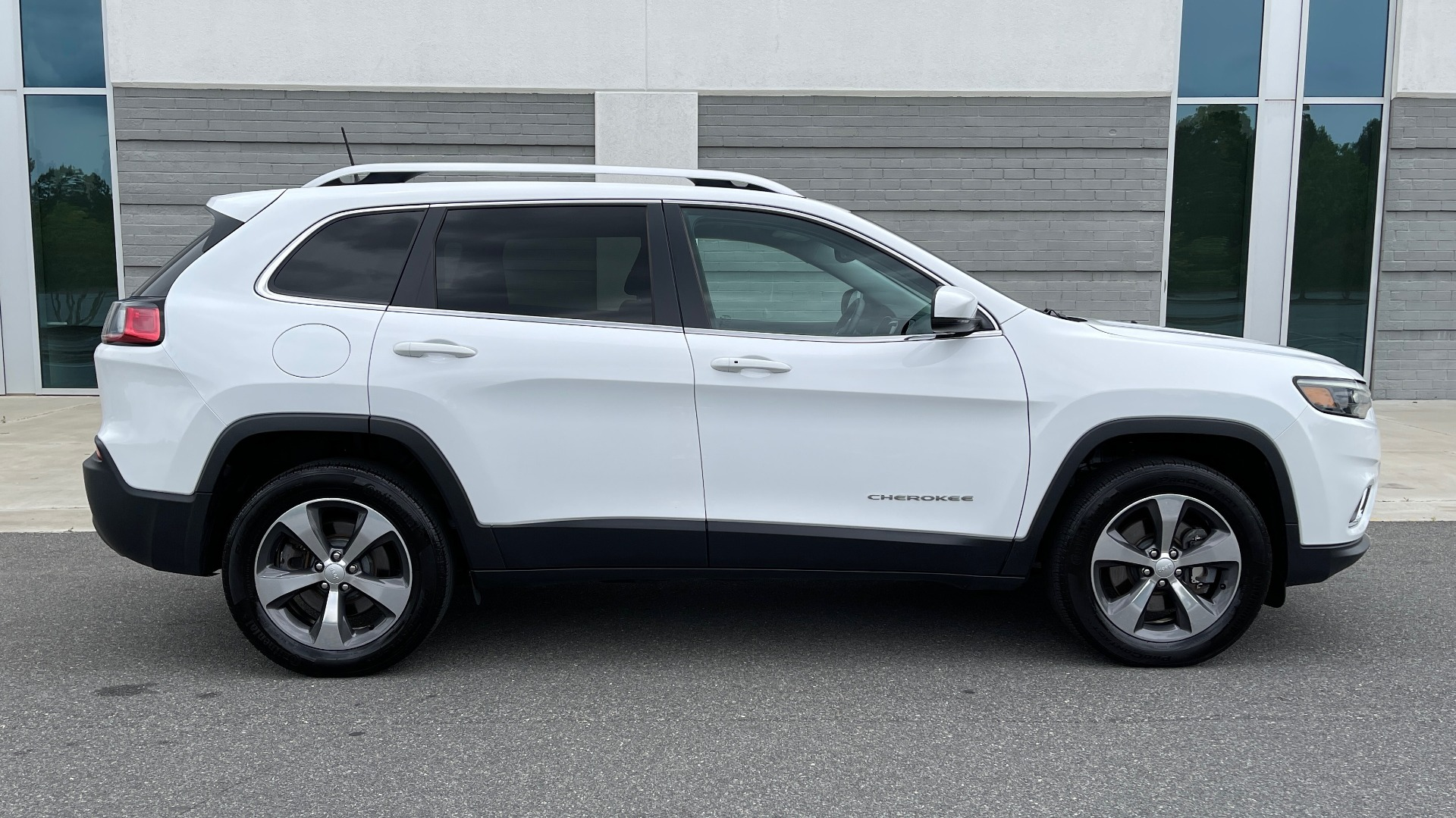 Used 2019 Jeep CHEROKEE LIMITED 4X4 / KEYLESS-GO / BLIND SPOT AND CROSS PATH / REMOTE START / REARV for sale $26,995 at Formula Imports in Charlotte NC 28227 4