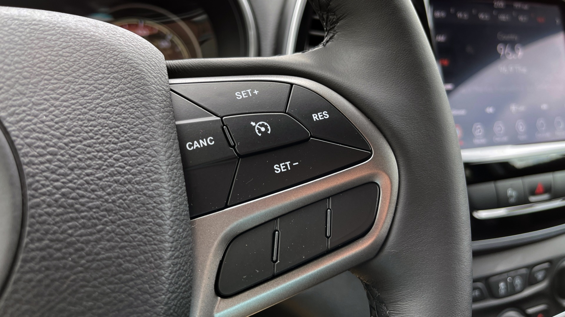 Used 2019 Jeep CHEROKEE LIMITED 4X4 / KEYLESS-GO / BLIND SPOT AND CROSS PATH / REMOTE START / REARV for sale $26,995 at Formula Imports in Charlotte NC 28227 40