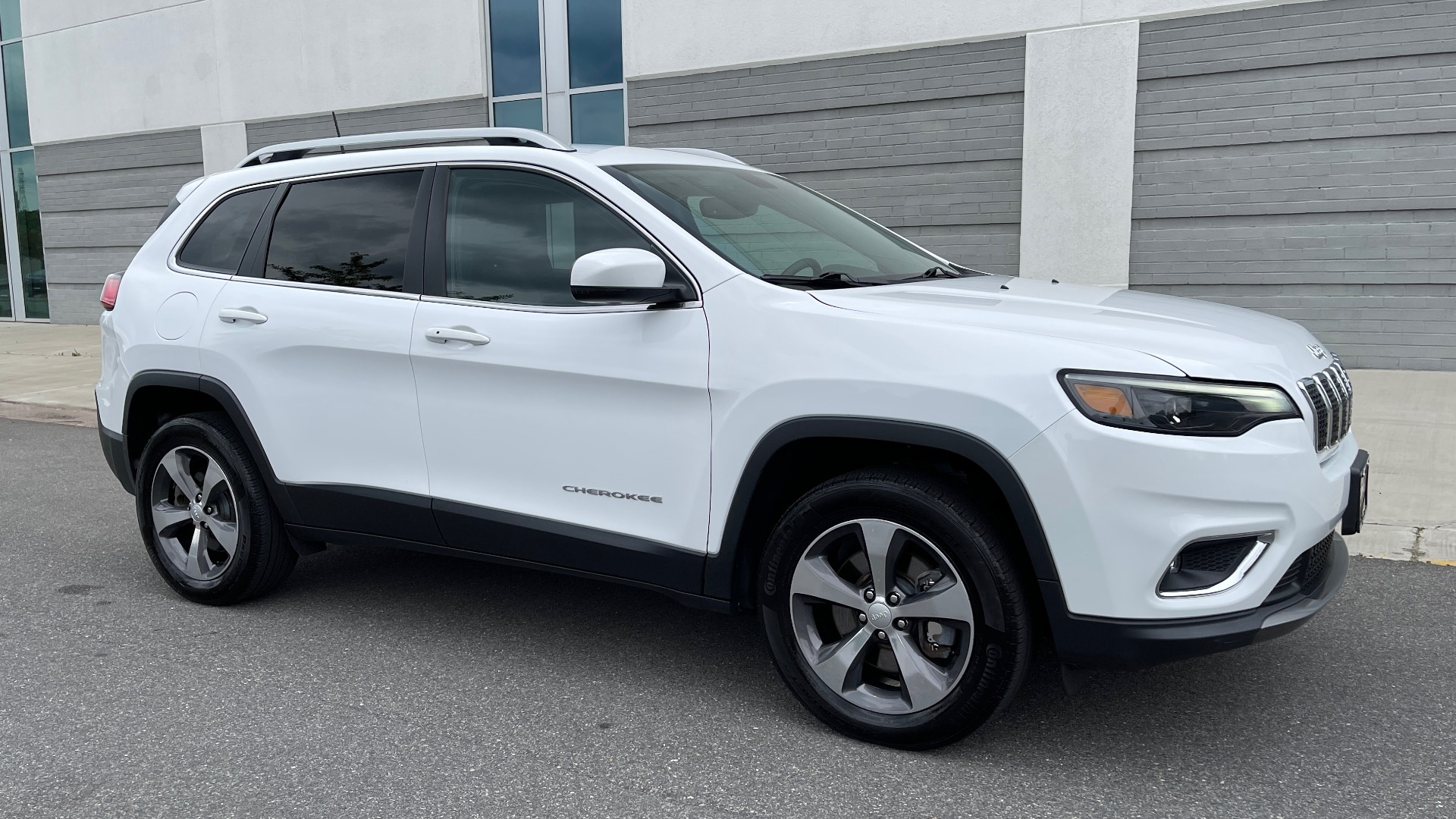 Used 2019 Jeep CHEROKEE LIMITED 4X4 / KEYLESS-GO / BLIND SPOT AND CROSS PATH / REMOTE START / REARV for sale $26,995 at Formula Imports in Charlotte NC 28227 5
