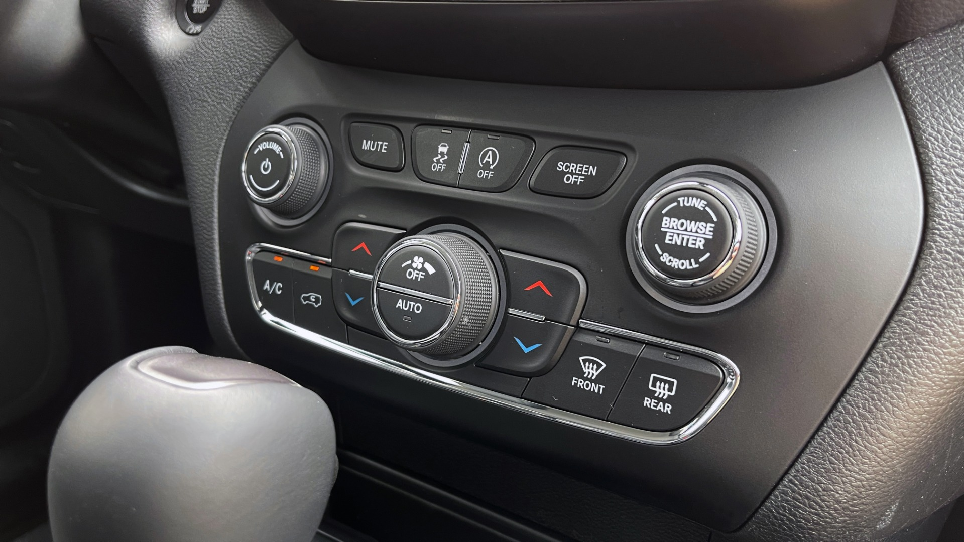 Used 2019 Jeep CHEROKEE LIMITED 4X4 / KEYLESS-GO / BLIND SPOT AND CROSS PATH / REMOTE START / REARV for sale $26,995 at Formula Imports in Charlotte NC 28227 56