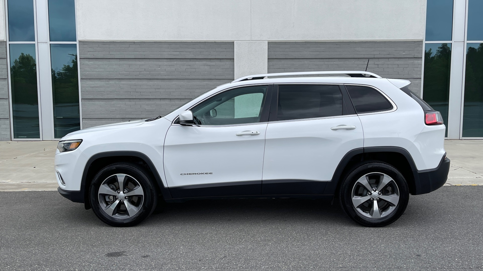 Used 2019 Jeep CHEROKEE LIMITED 4X4 / KEYLESS-GO / BLIND SPOT AND CROSS PATH / REMOTE START / REARV for sale $26,995 at Formula Imports in Charlotte NC 28227 6