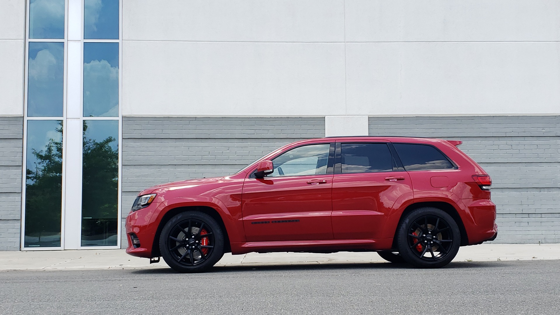 Used 2018 Jeep GRAND CHEROKEE SRT 4X4 / 6.4L HEMI (475HP) / NAV / SUNROOF / H/K SND / REARVIEW for sale Sold at Formula Imports in Charlotte NC 28227 3