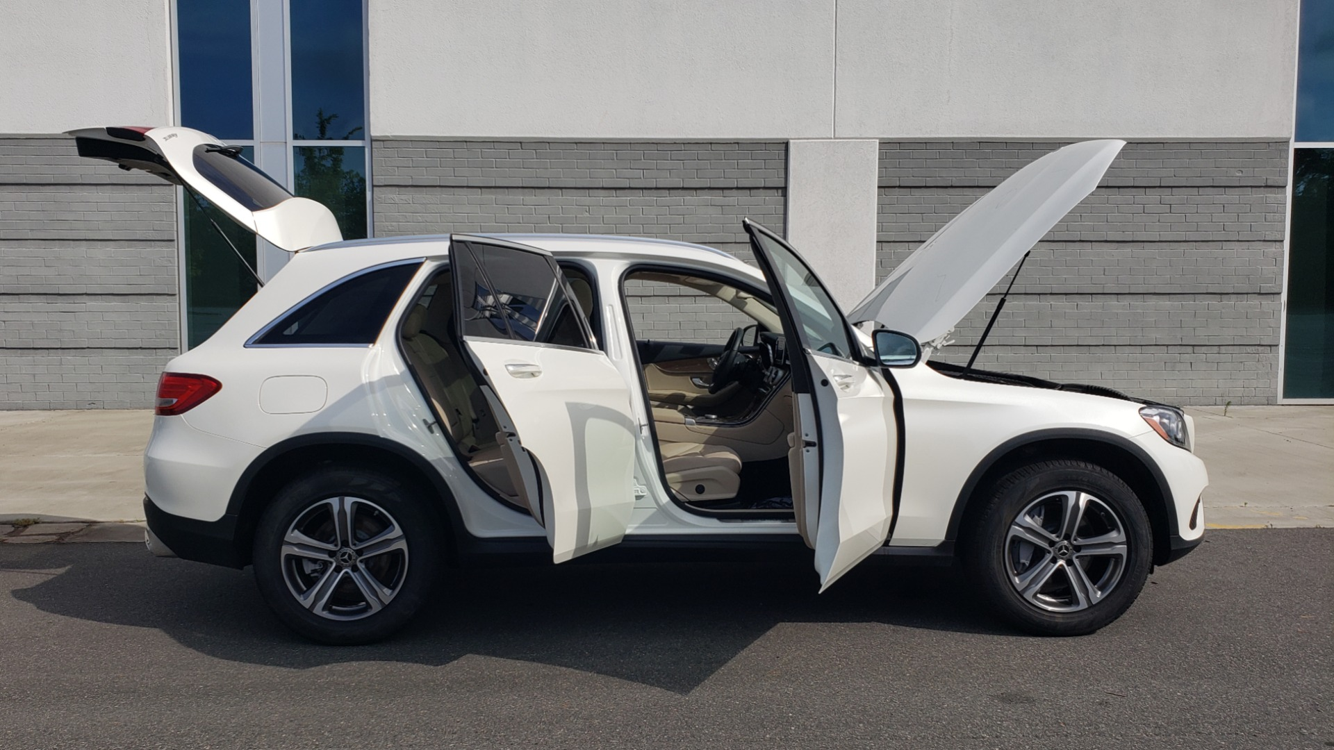 Used 2018 Mercedes-Benz GLC 300 4MATIC / PREM PKG / PANO-ROOF / APPLE / REARVIEW for sale $33,397 at Formula Imports in Charlotte NC 28227 12