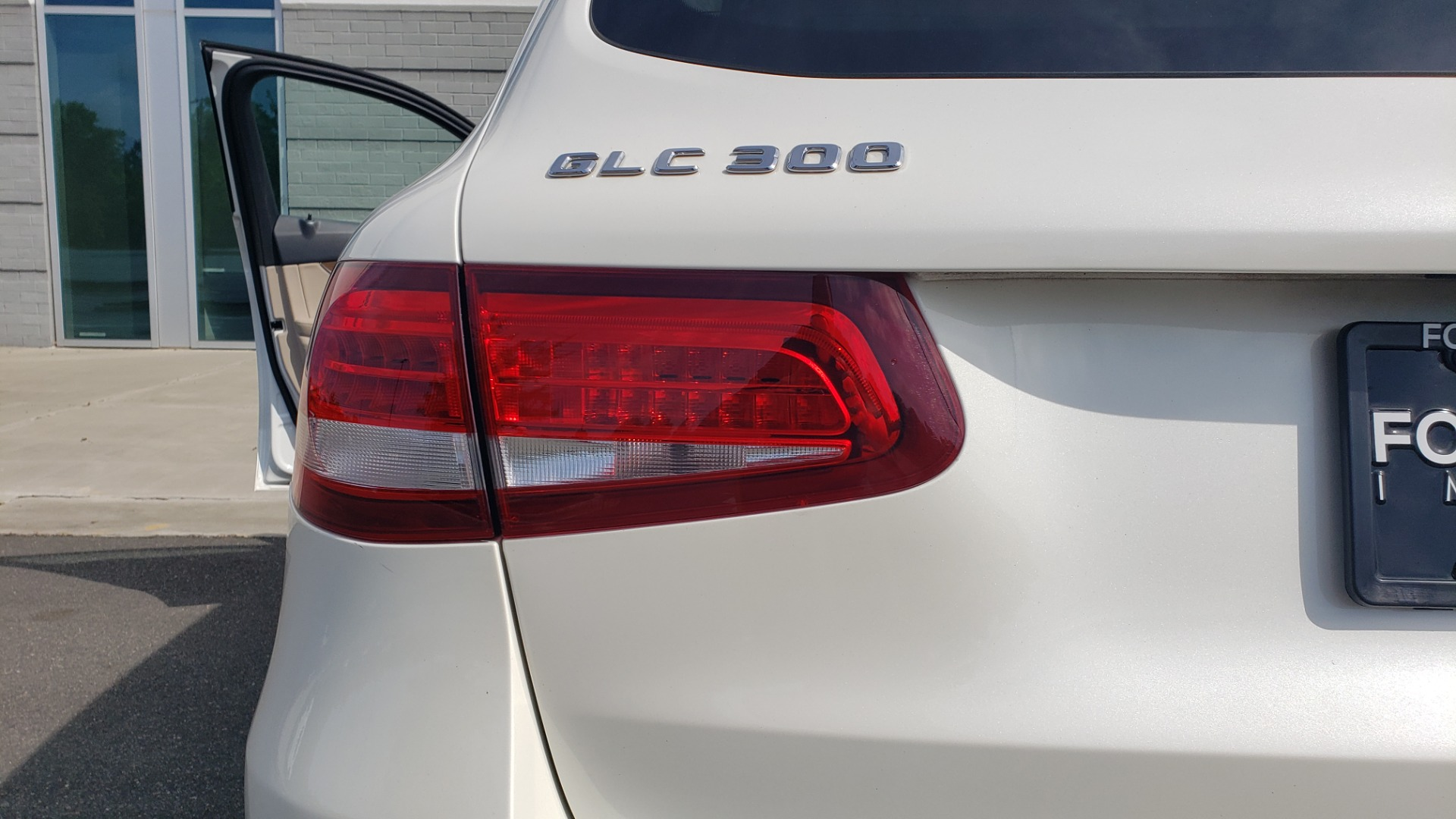 Used 2018 Mercedes-Benz GLC 300 4MATIC / PREM PKG / PANO-ROOF / APPLE / REARVIEW for sale $33,397 at Formula Imports in Charlotte NC 28227 29