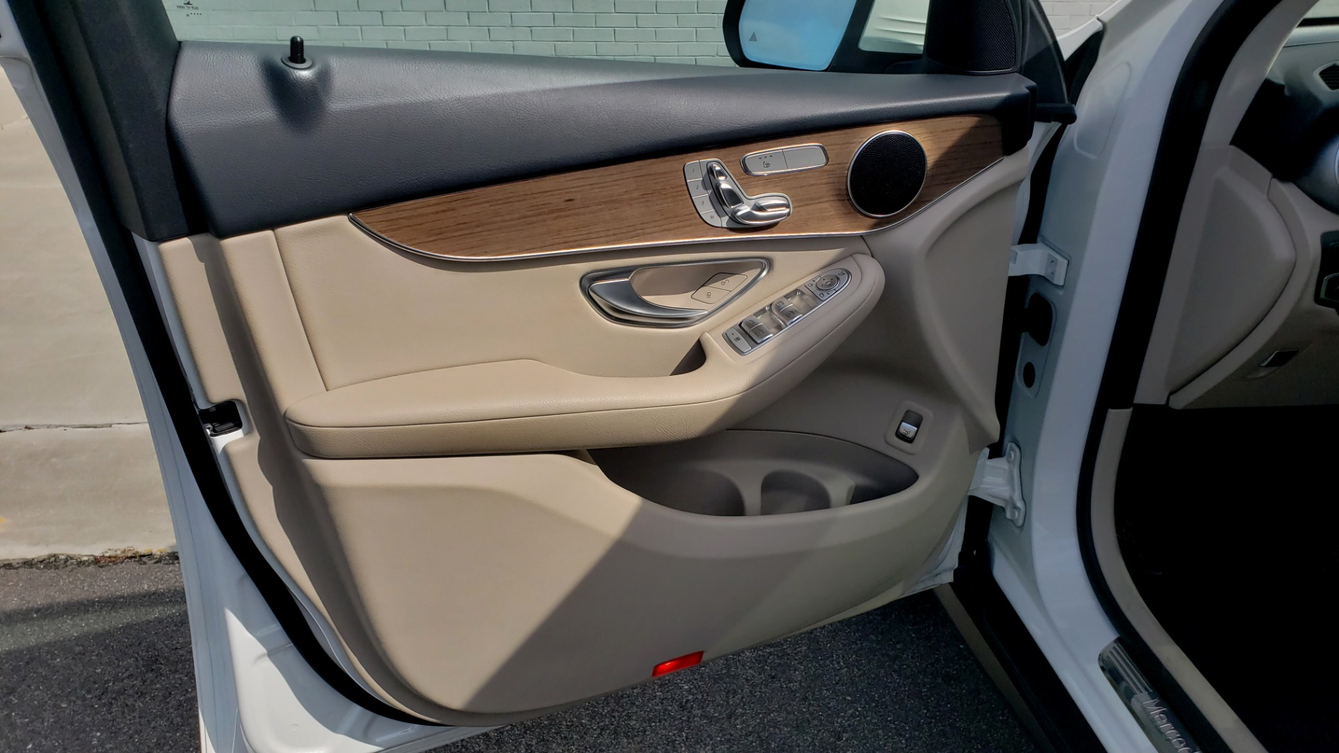 Used 2018 Mercedes-Benz GLC 300 4MATIC / PREM PKG / PANO-ROOF / APPLE / REARVIEW for sale $33,397 at Formula Imports in Charlotte NC 28227 31