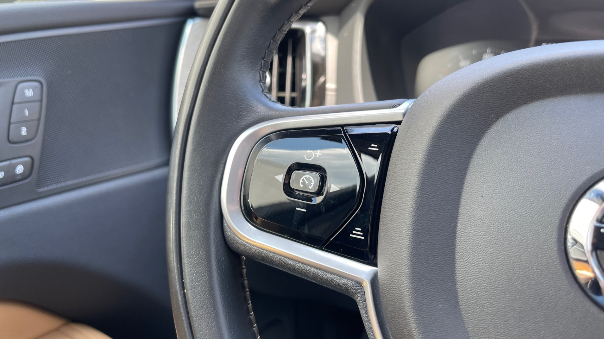 Used 2018 Volvo XC60 INSCRIPTION 2.0L TURBO SUV / AWD / NAV / SUNROOF / REARVIEW for sale $38,795 at Formula Imports in Charlotte NC 28227 43