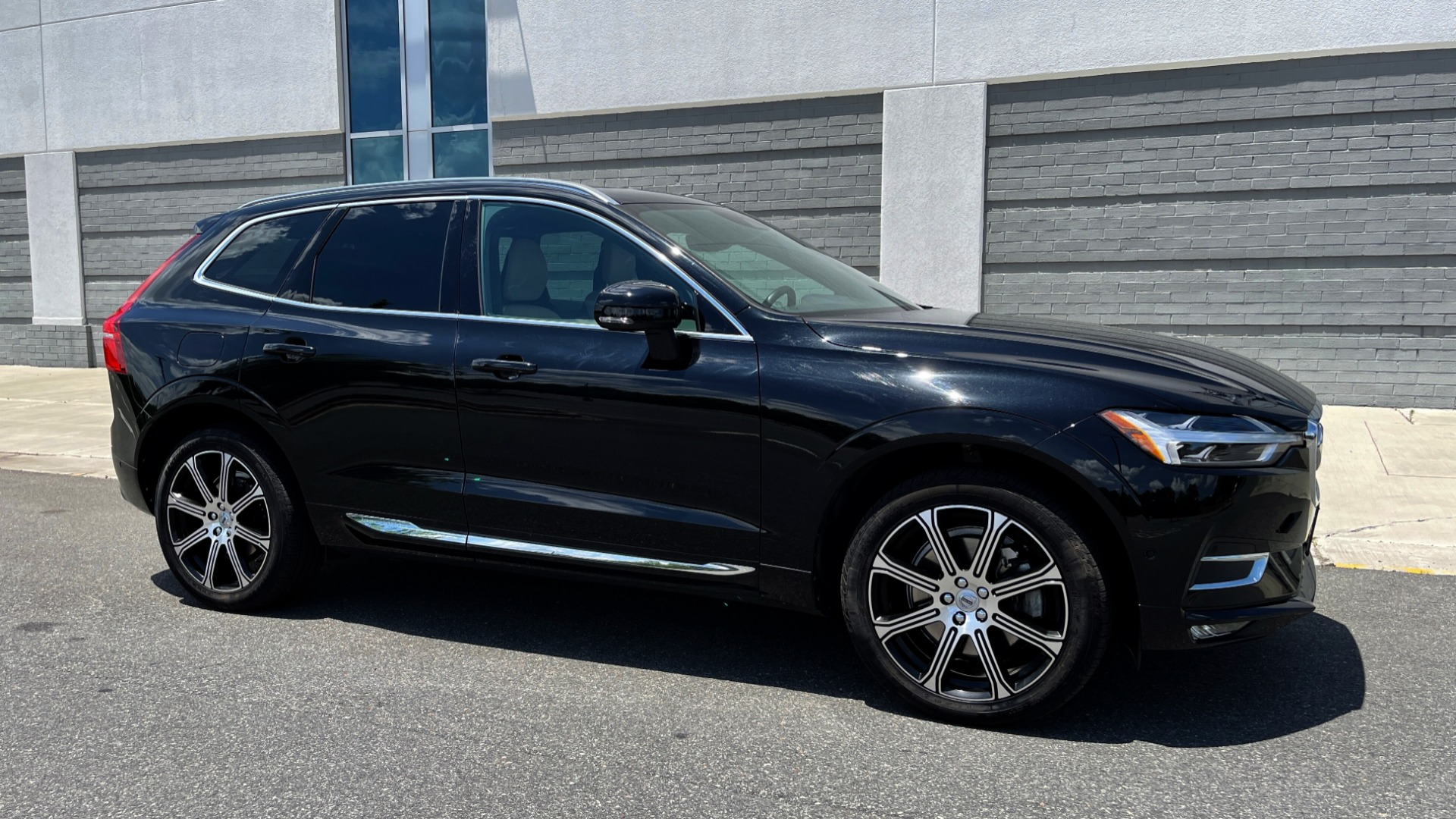 Used 2018 Volvo XC60 INSCRIPTION 2.0L TURBO SUV / AWD / NAV / SUNROOF / REARVIEW for sale $38,795 at Formula Imports in Charlotte NC 28227 6