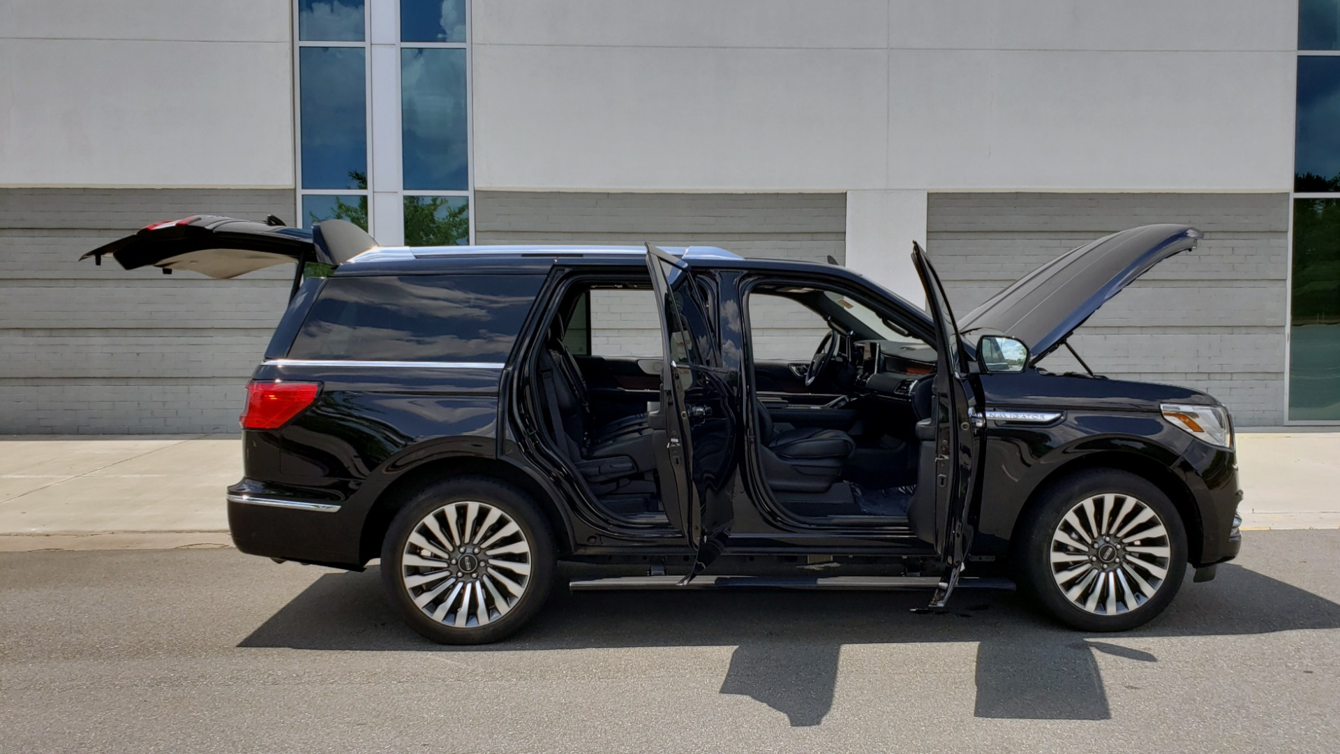 Used 2019 Lincoln NAVIGATOR RESERVE 4X4 / NAV / PANO-ROOF / REVEL ULTIMA AUDIO / 3-ROW / REARVIEW for sale $74,795 at Formula Imports in Charlotte NC 28227 14