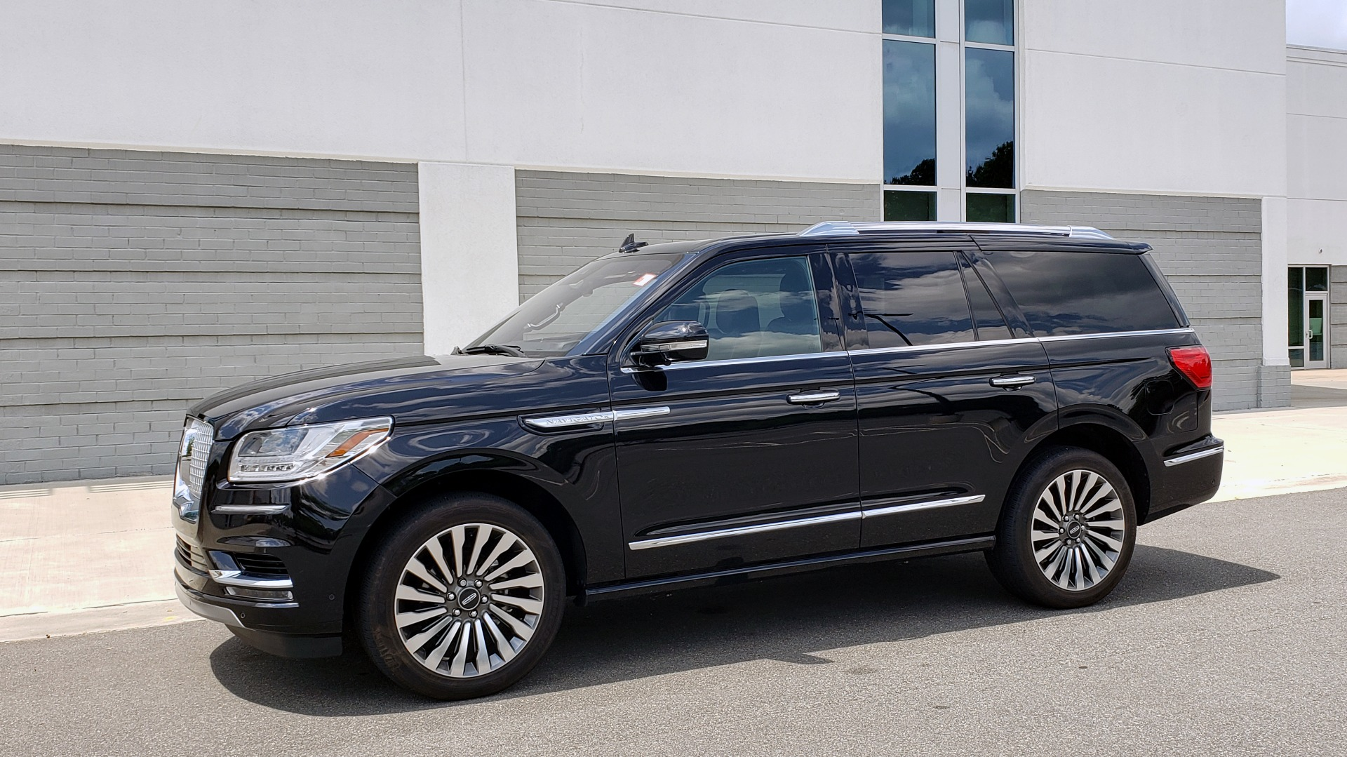 Used 2019 Lincoln NAVIGATOR RESERVE 4X4 / NAV / PANO-ROOF / REVEL ULTIMA AUDIO / 3-ROW / REARVIEW for sale $74,795 at Formula Imports in Charlotte NC 28227 4