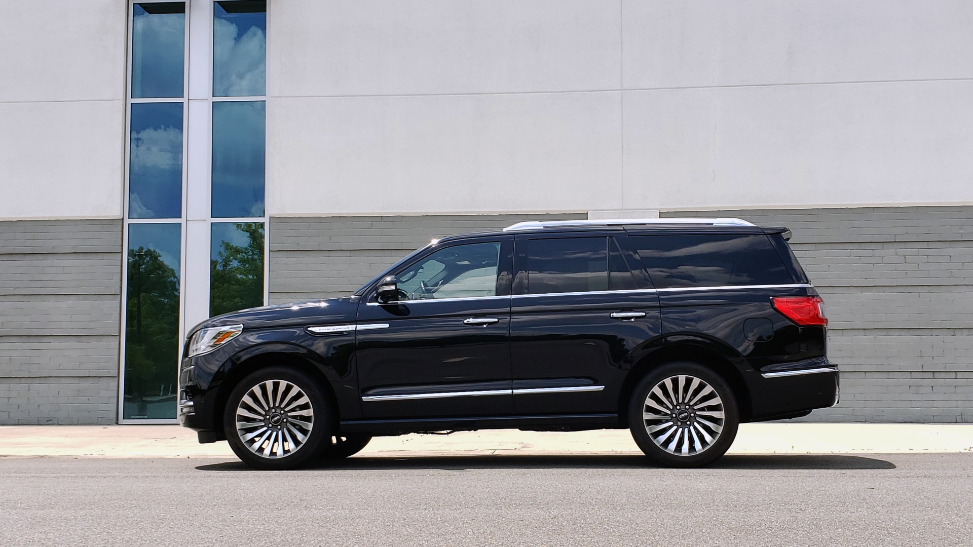 Used 2019 Lincoln NAVIGATOR RESERVE 4X4 / NAV / PANO-ROOF / REVEL ULTIMA AUDIO / 3-ROW / REARVIEW for sale $74,795 at Formula Imports in Charlotte NC 28227 5