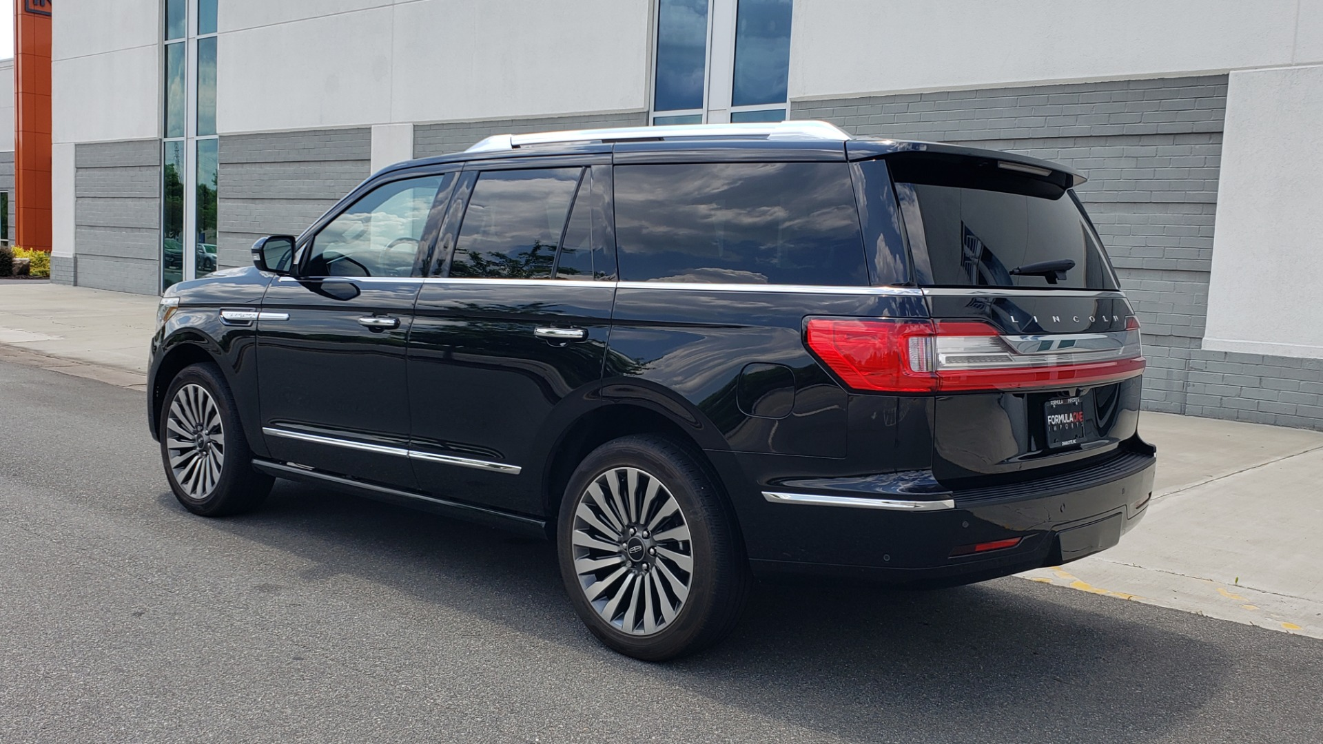 Used 2019 Lincoln NAVIGATOR RESERVE 4X4 / NAV / PANO-ROOF / REVEL ULTIMA AUDIO / 3-ROW / REARVIEW for sale $74,795 at Formula Imports in Charlotte NC 28227 6
