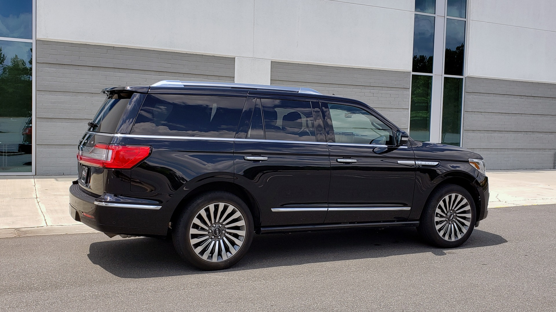 Used 2019 Lincoln NAVIGATOR RESERVE 4X4 / NAV / PANO-ROOF / REVEL ULTIMA AUDIO / 3-ROW / REARVIEW for sale $74,795 at Formula Imports in Charlotte NC 28227 8