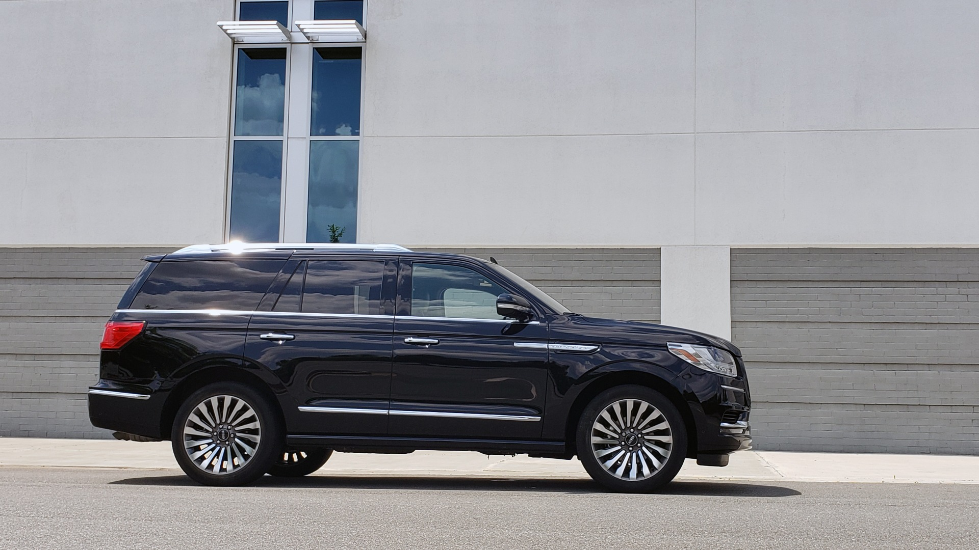 Used 2019 Lincoln NAVIGATOR RESERVE 4X4 / NAV / PANO-ROOF / REVEL ULTIMA AUDIO / 3-ROW / REARVIEW for sale $74,795 at Formula Imports in Charlotte NC 28227 9